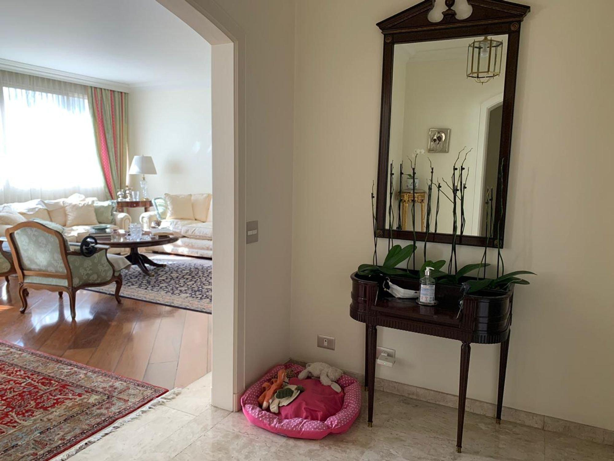 Foto de Corredor com vaso de planta, sofá, cadeira