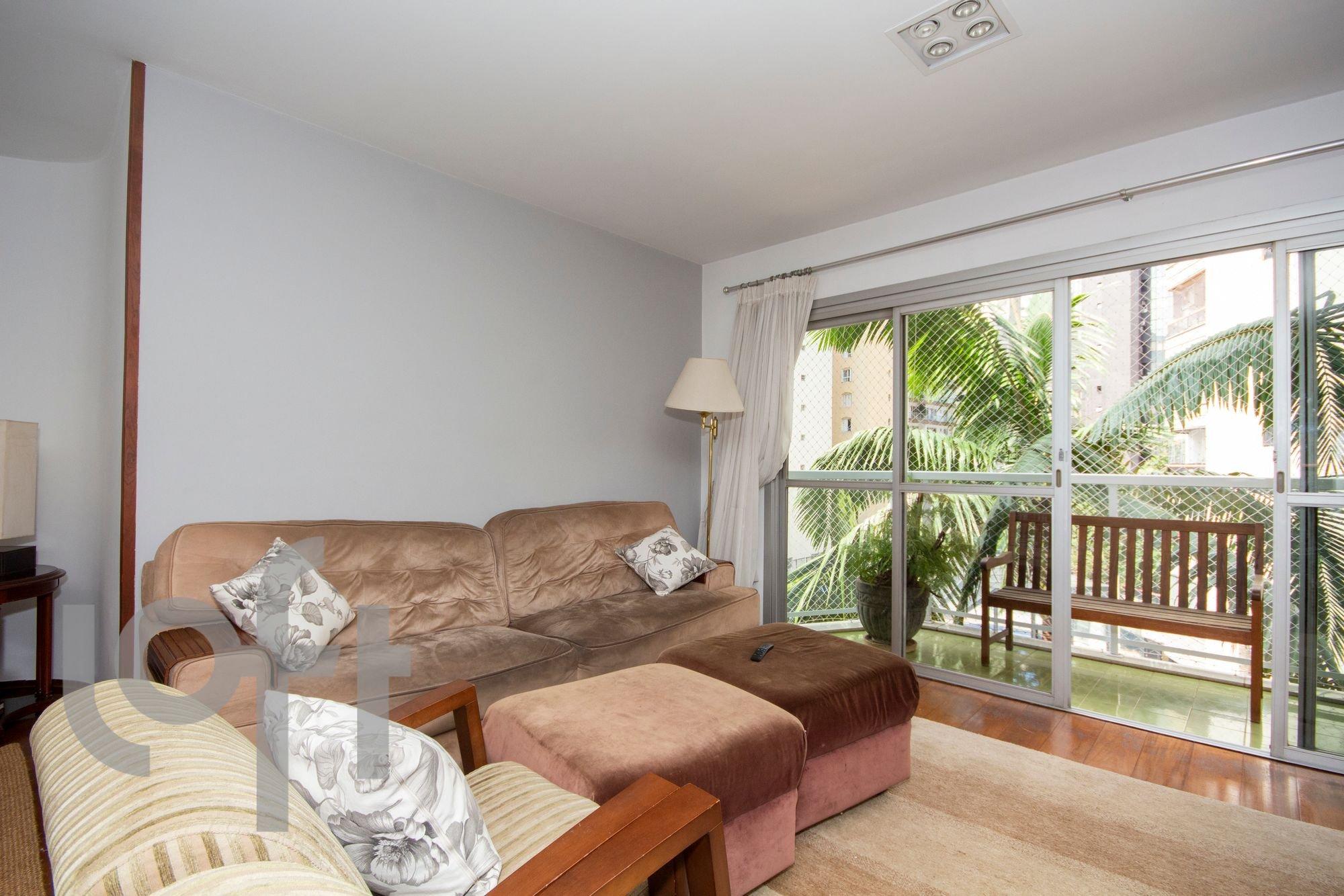 Foto de Quarto com vaso de planta, banco, sofá
