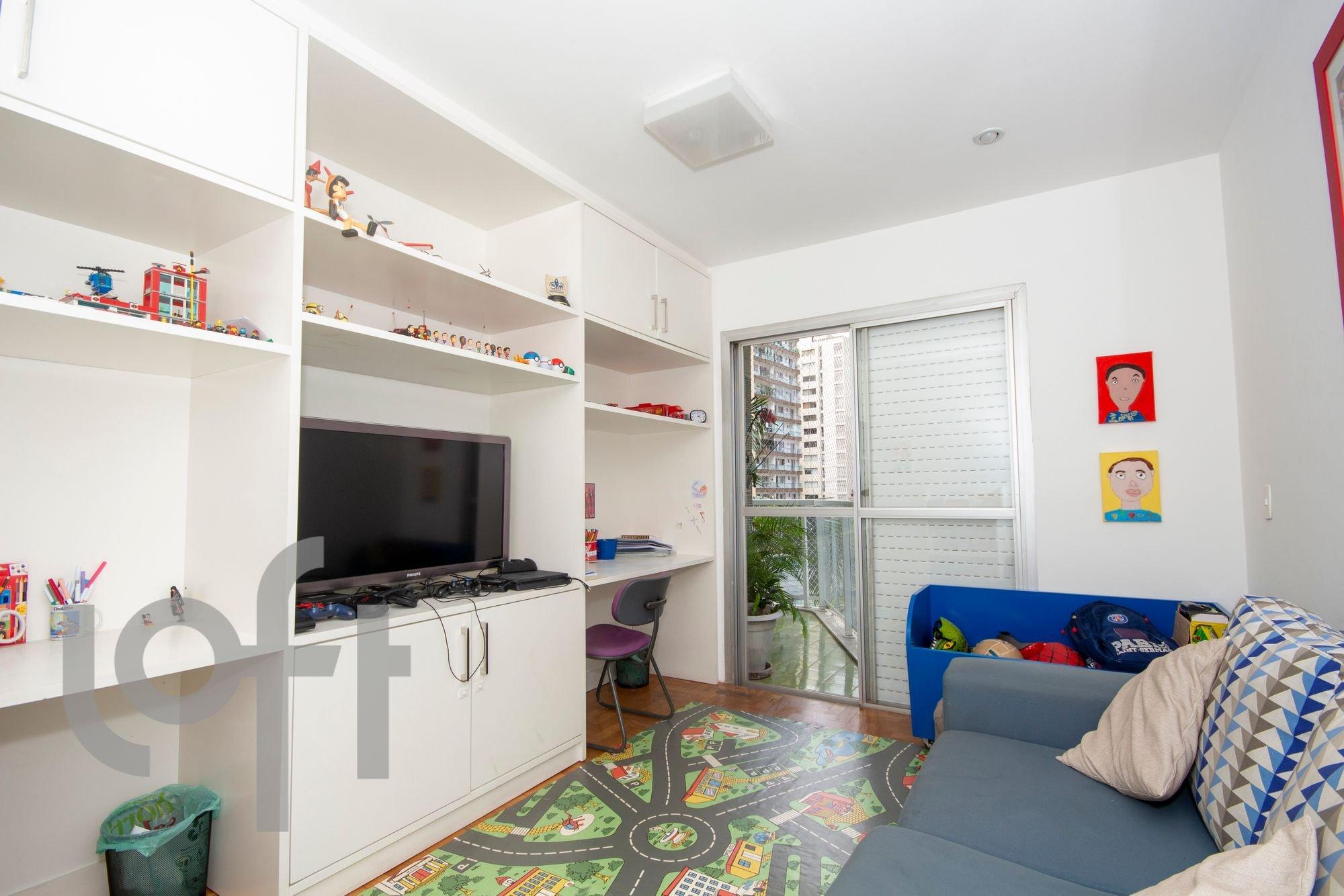 Foto de Quarto com sofá, televisão, cadeira