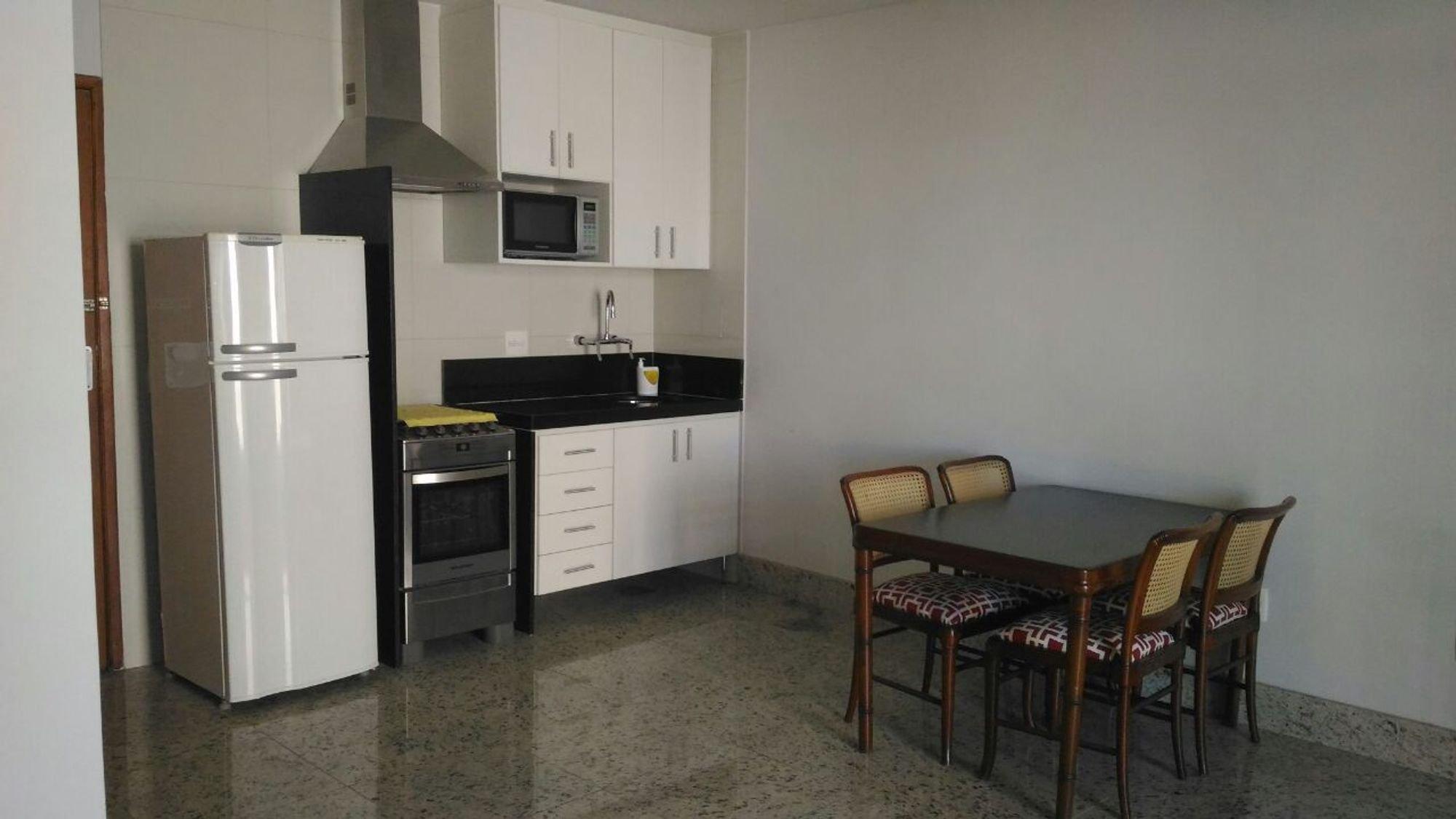 Foto de Cozinha com forno, geladeira, cadeira, pia, microondas