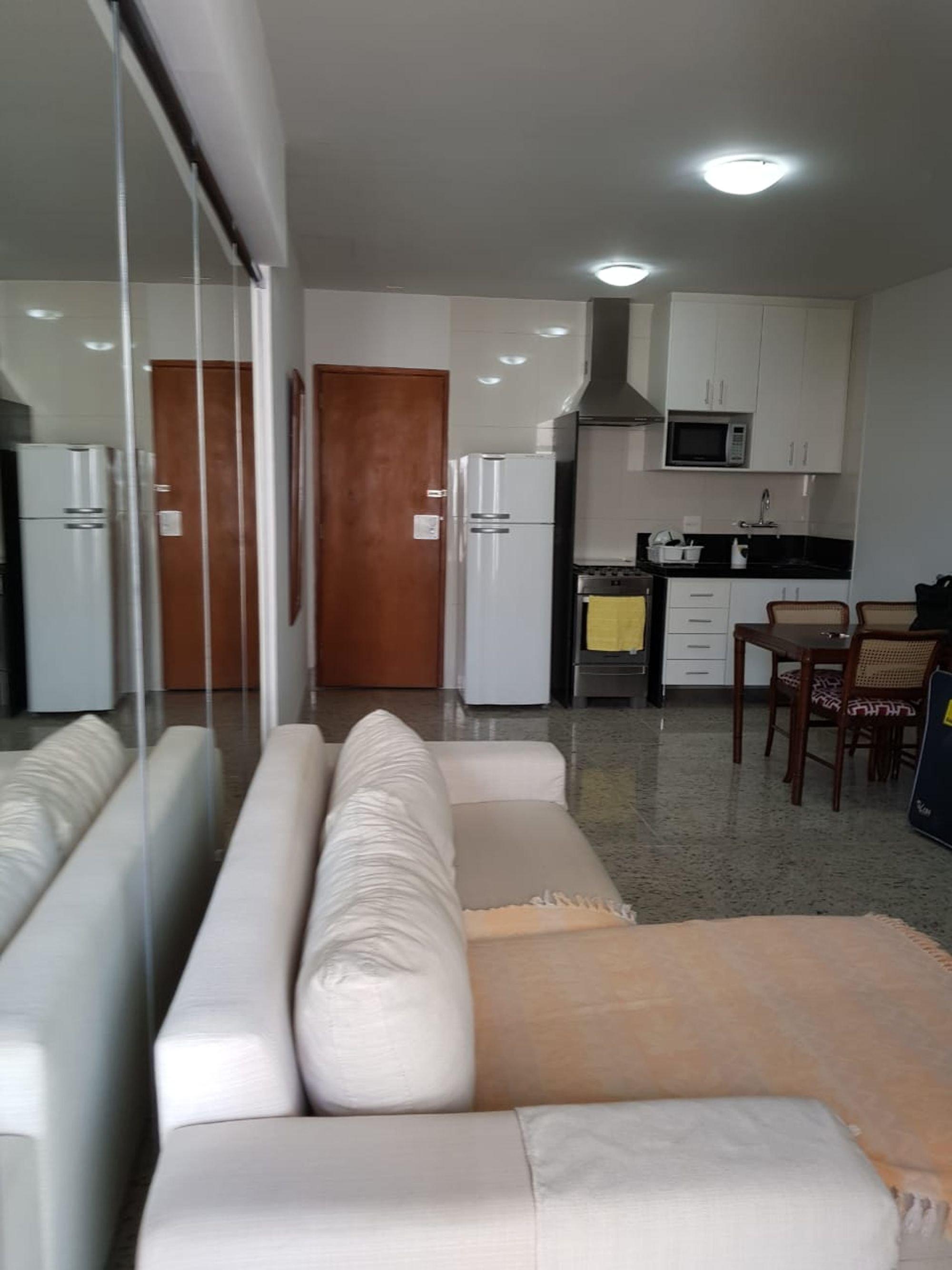 Foto de Cozinha com sofá, geladeira, cadeira, microondas, mesa de jantar
