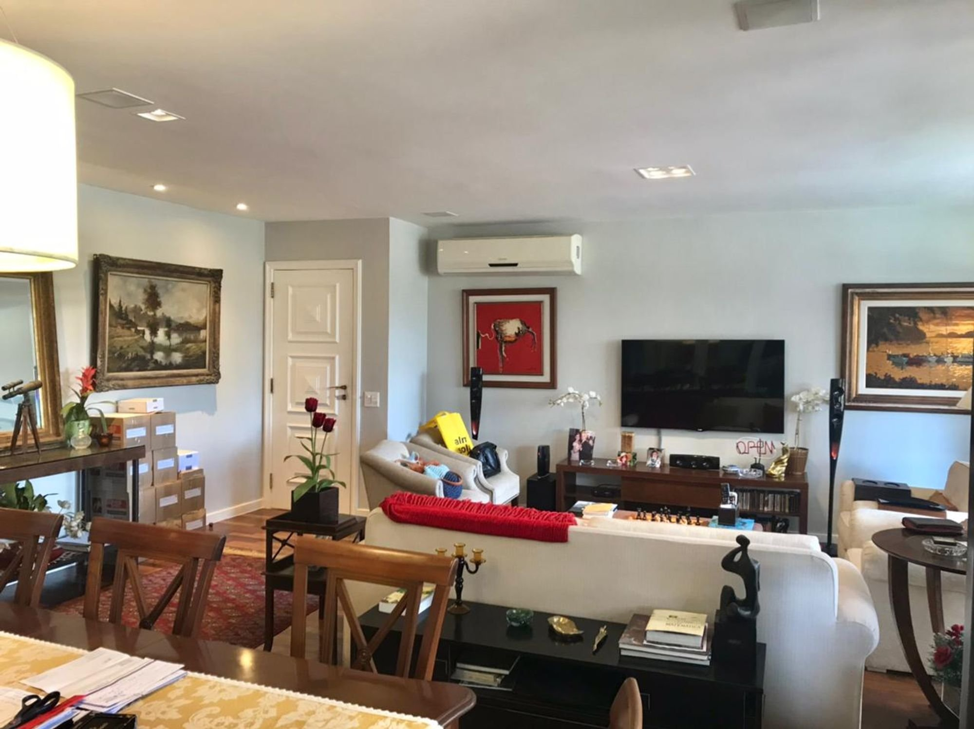 Foto de Sala com vaso de planta, televisão, pessoa, cadeira, livro, mesa de jantar, vaso