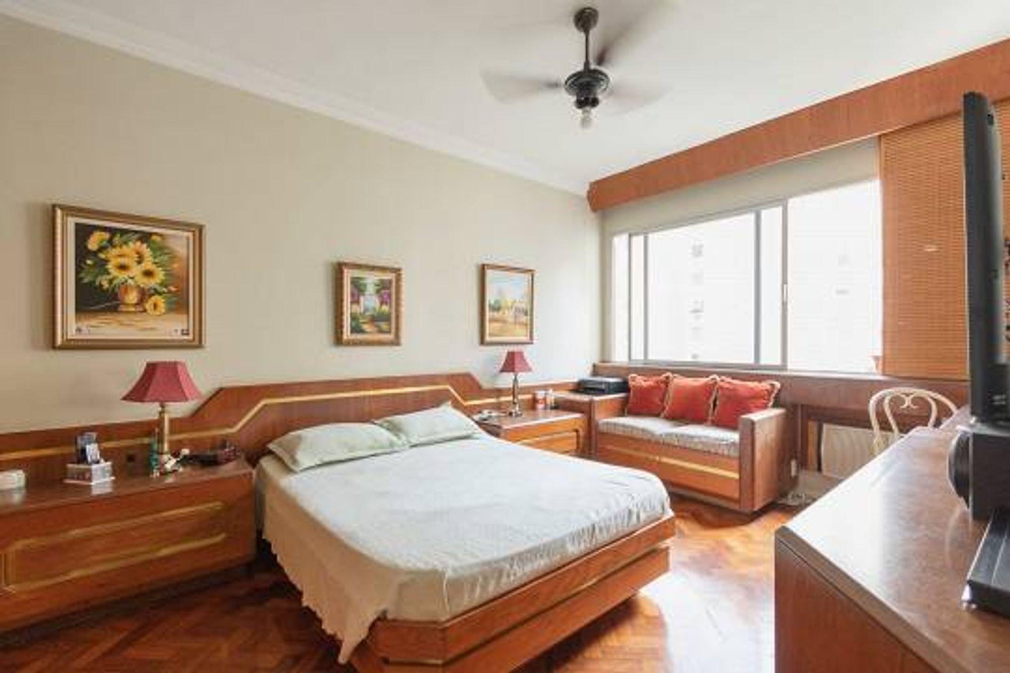 Foto de Sala com cama, sofá, cadeira