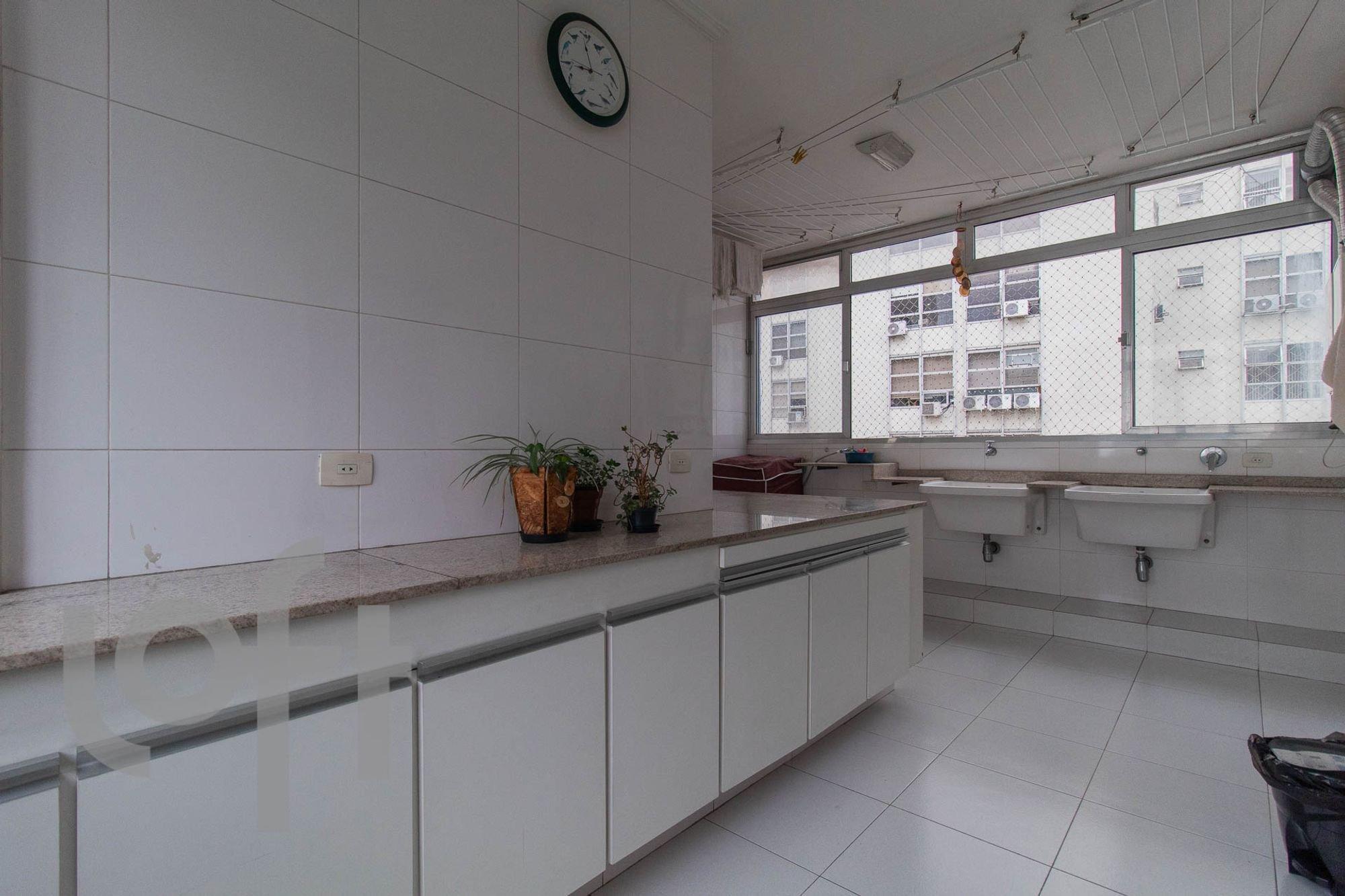 Foto de Cozinha com vaso de planta, relógio