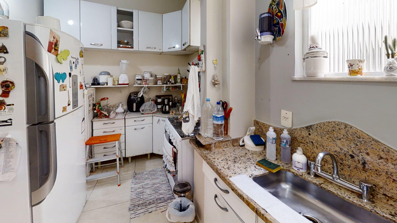 Foto de Cozinha com garrafa, tigela, geladeira, cadeira, pia, xícara