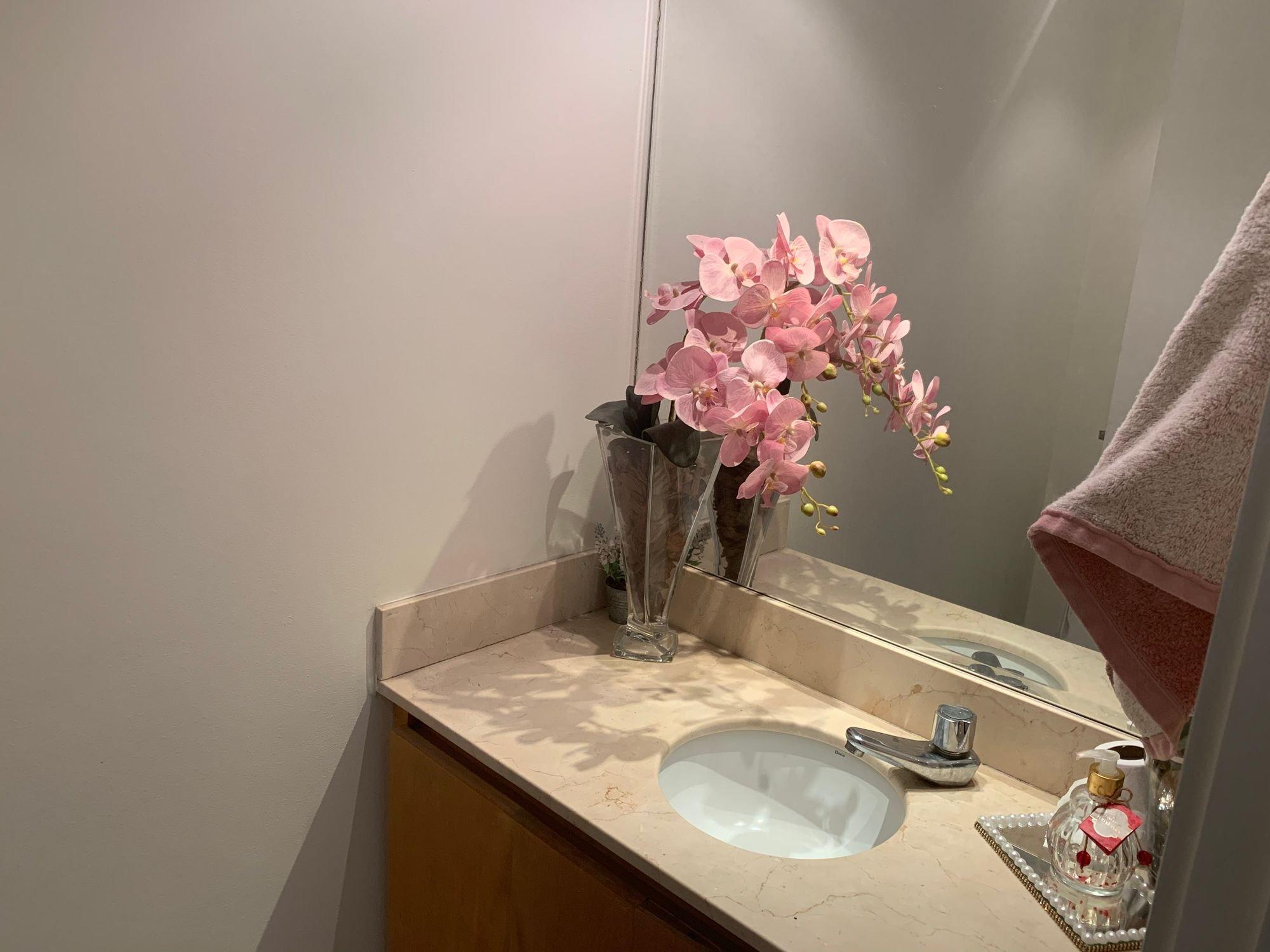Foto de Banheiro com vaso, pia, garrafa