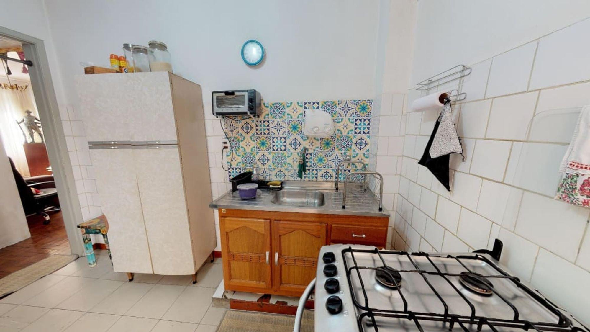 Foto de Cozinha com relógio, forno, geladeira, xícara