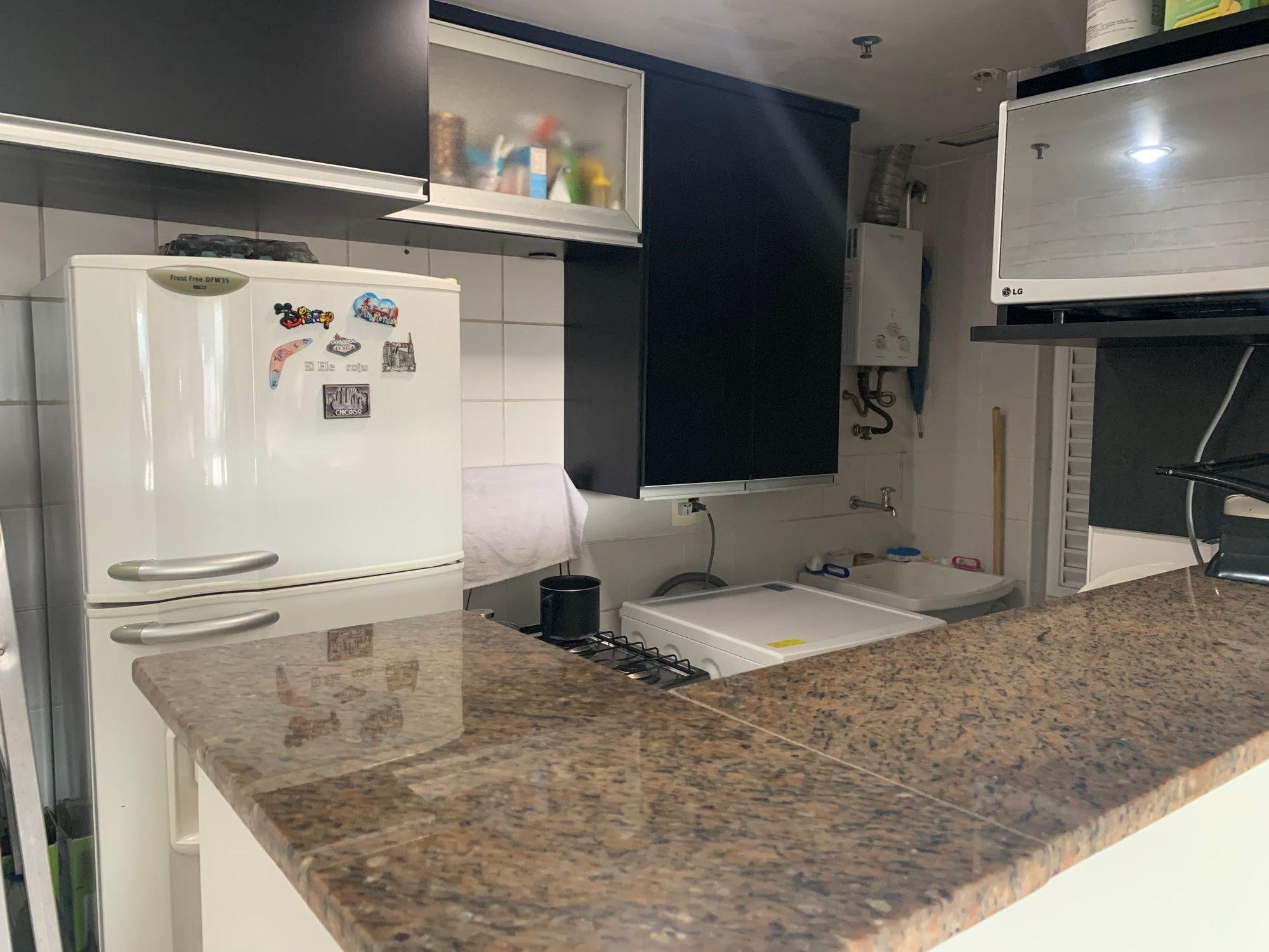 Foto de Cozinha com geladeira, televisão