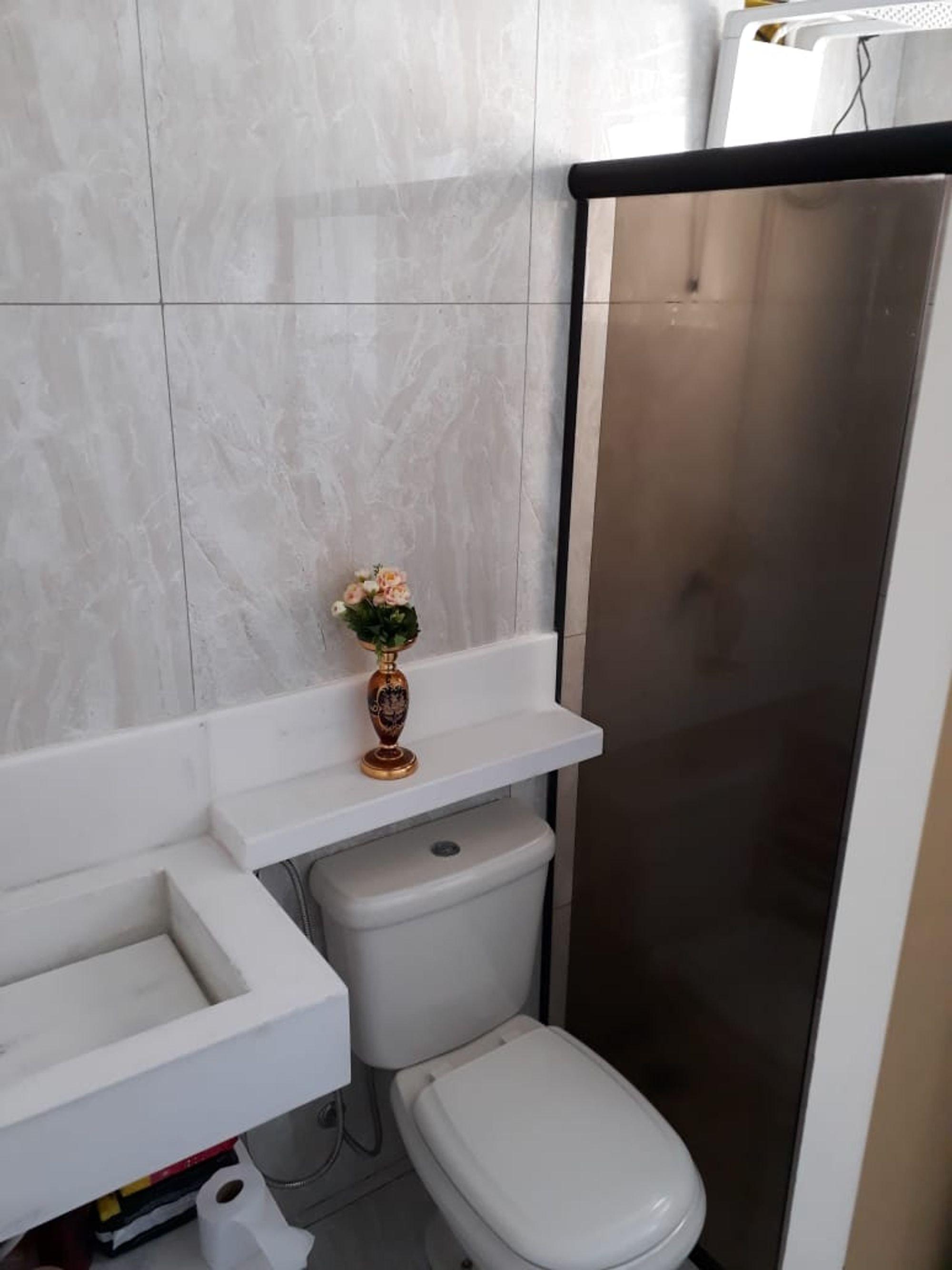 Foto de Lavanderia com vaso sanitário, vaso