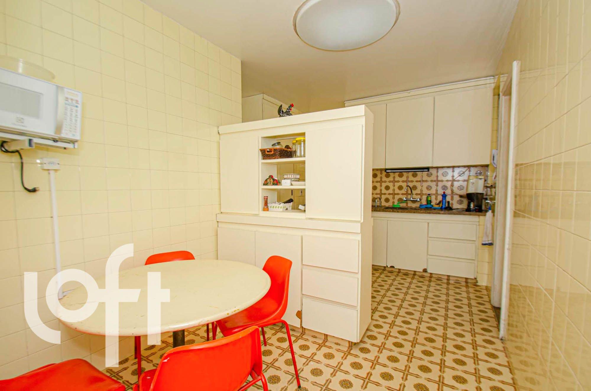 Foto de Sala com garrafa, cadeira, microondas, mesa de jantar