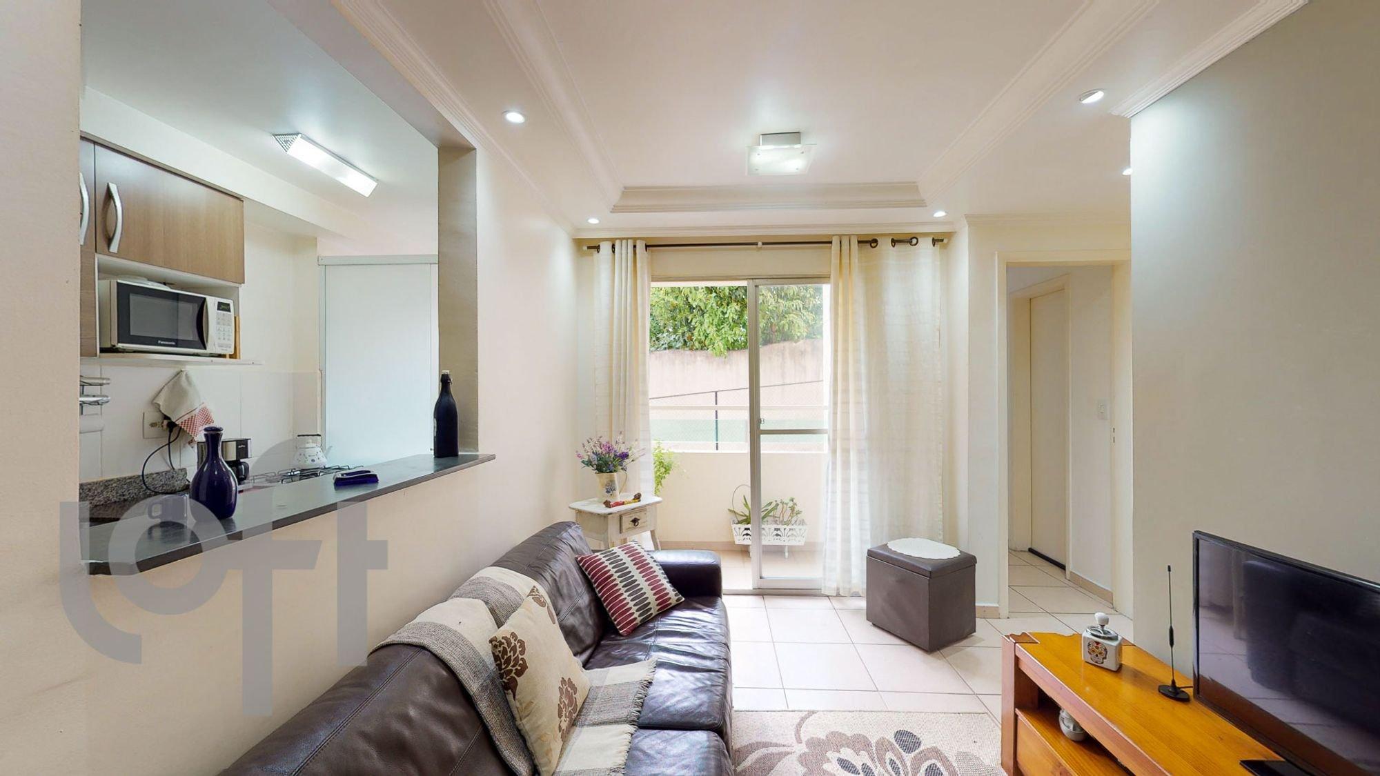Foto de Sala com vaso de planta, sofá, televisão, vaso, microondas