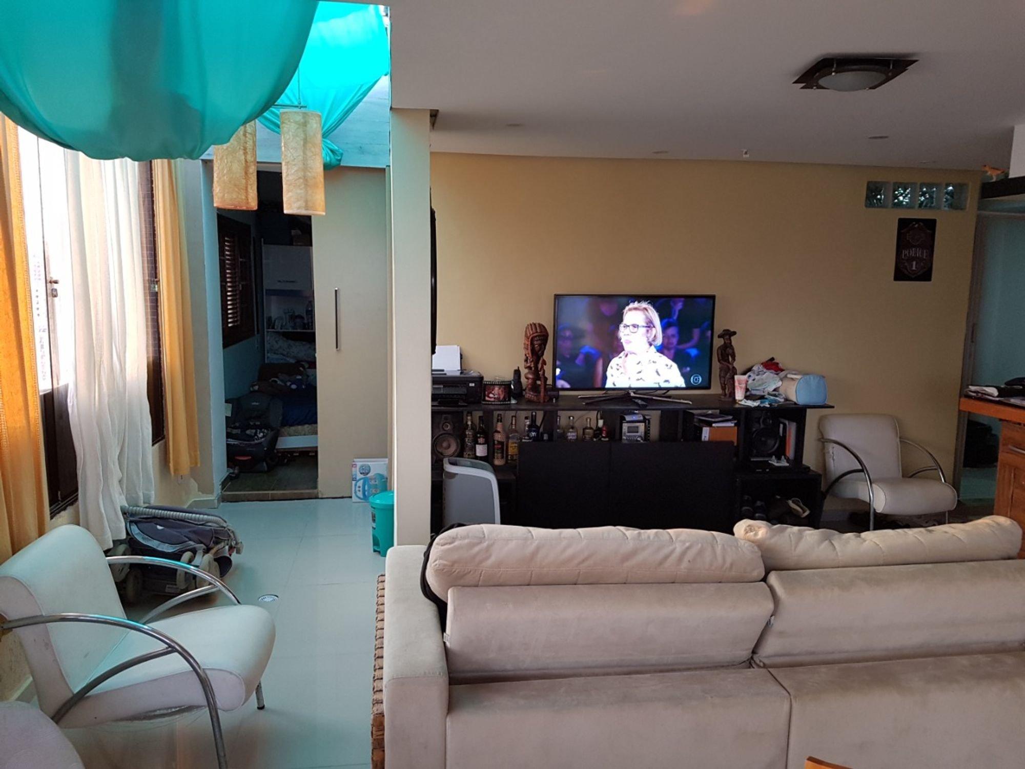 Foto de Sala com sofá, cadeira, pessoa