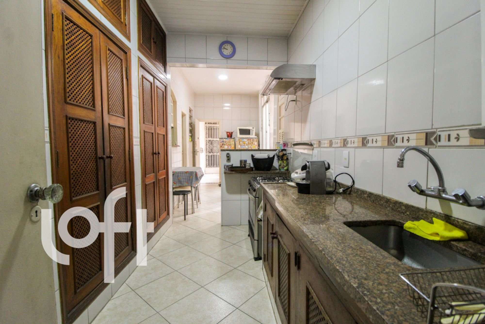 Foto de Cozinha com forno, televisão, cadeira
