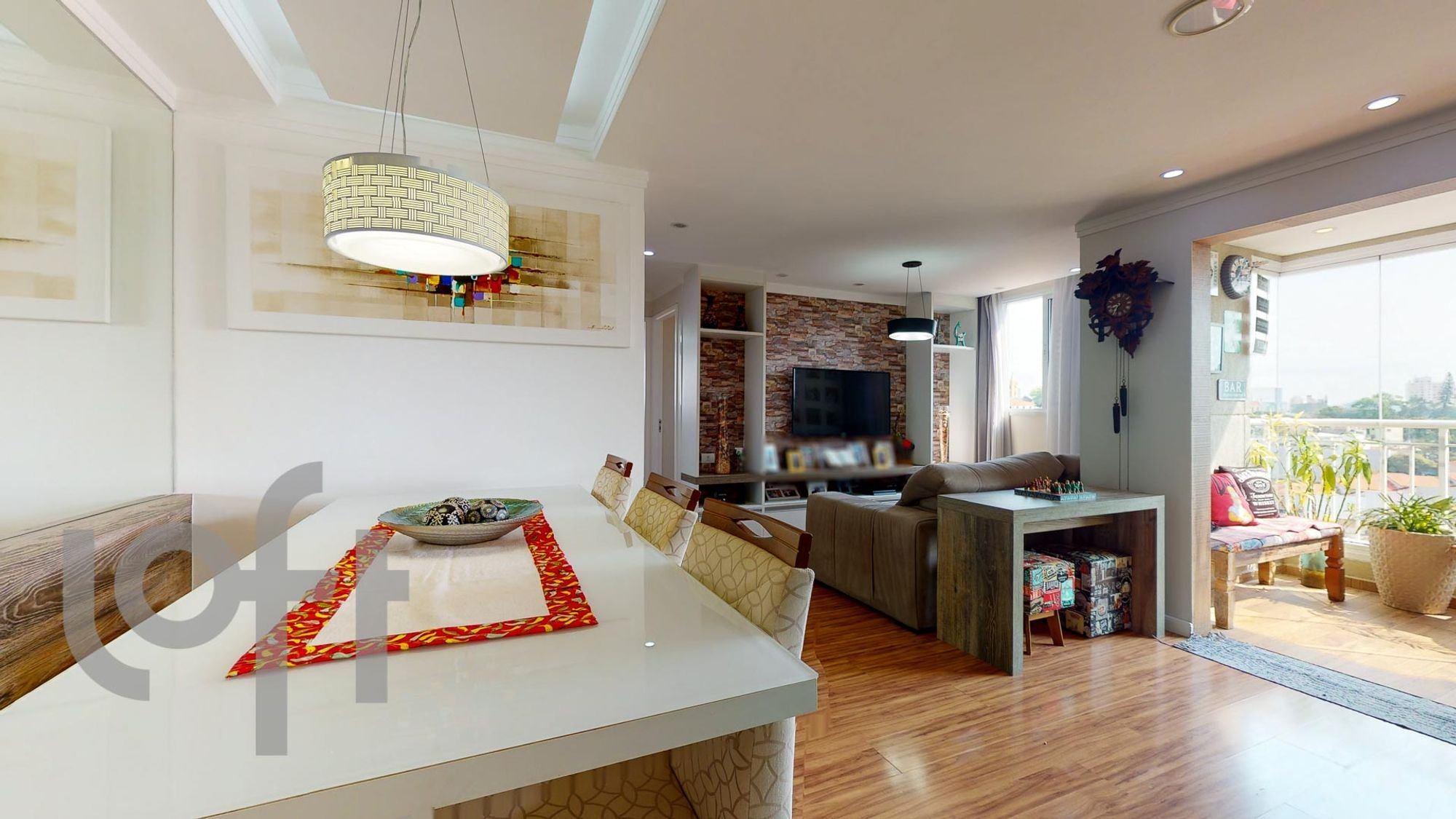 Foto de Sala com vaso de planta, sofá, banco, tigela, cadeira, mesa de jantar