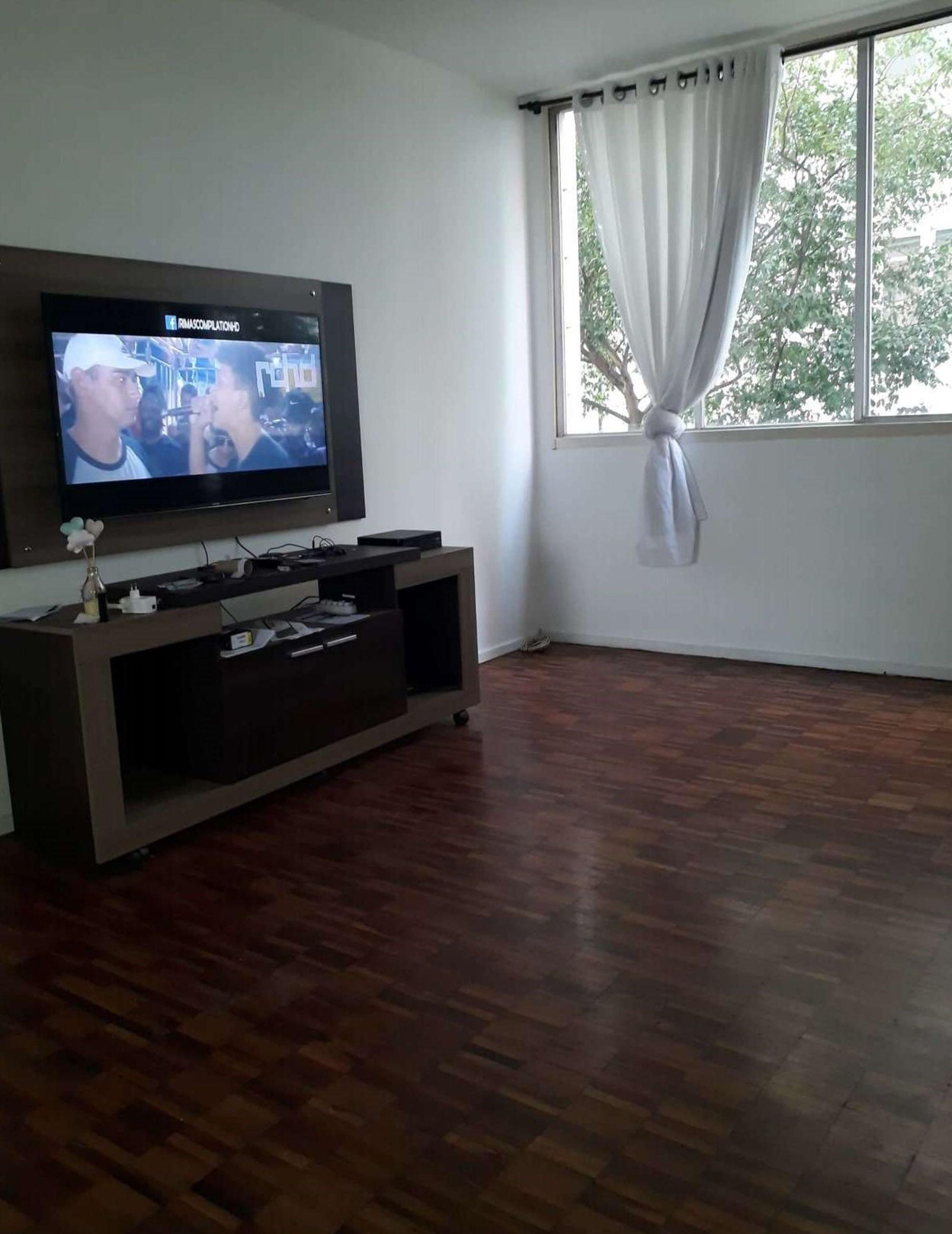 Foto de Sala com televisão, vaso