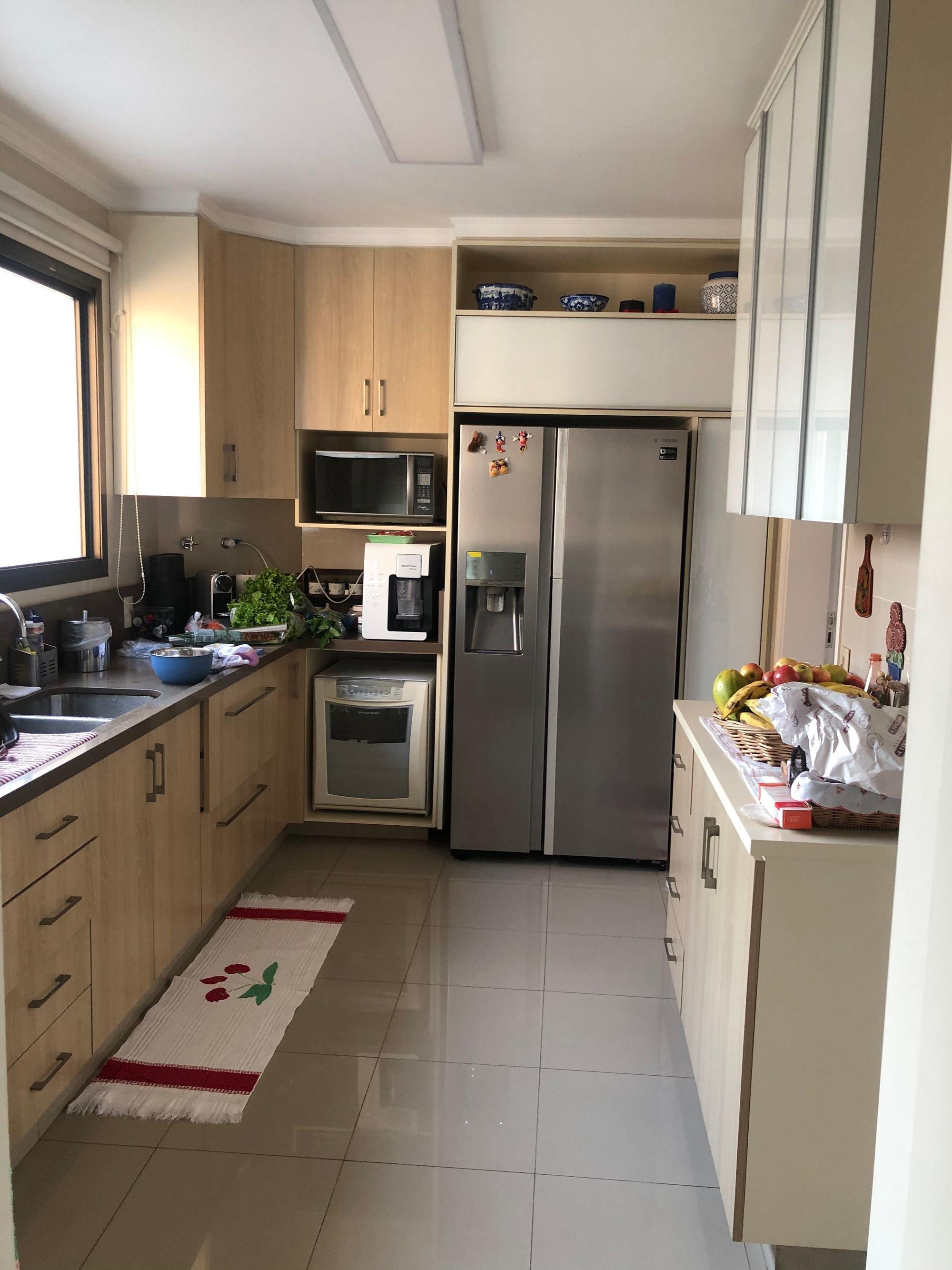 Foto de Cozinha com vaso de planta, forno, tigela, geladeira, pia, microondas