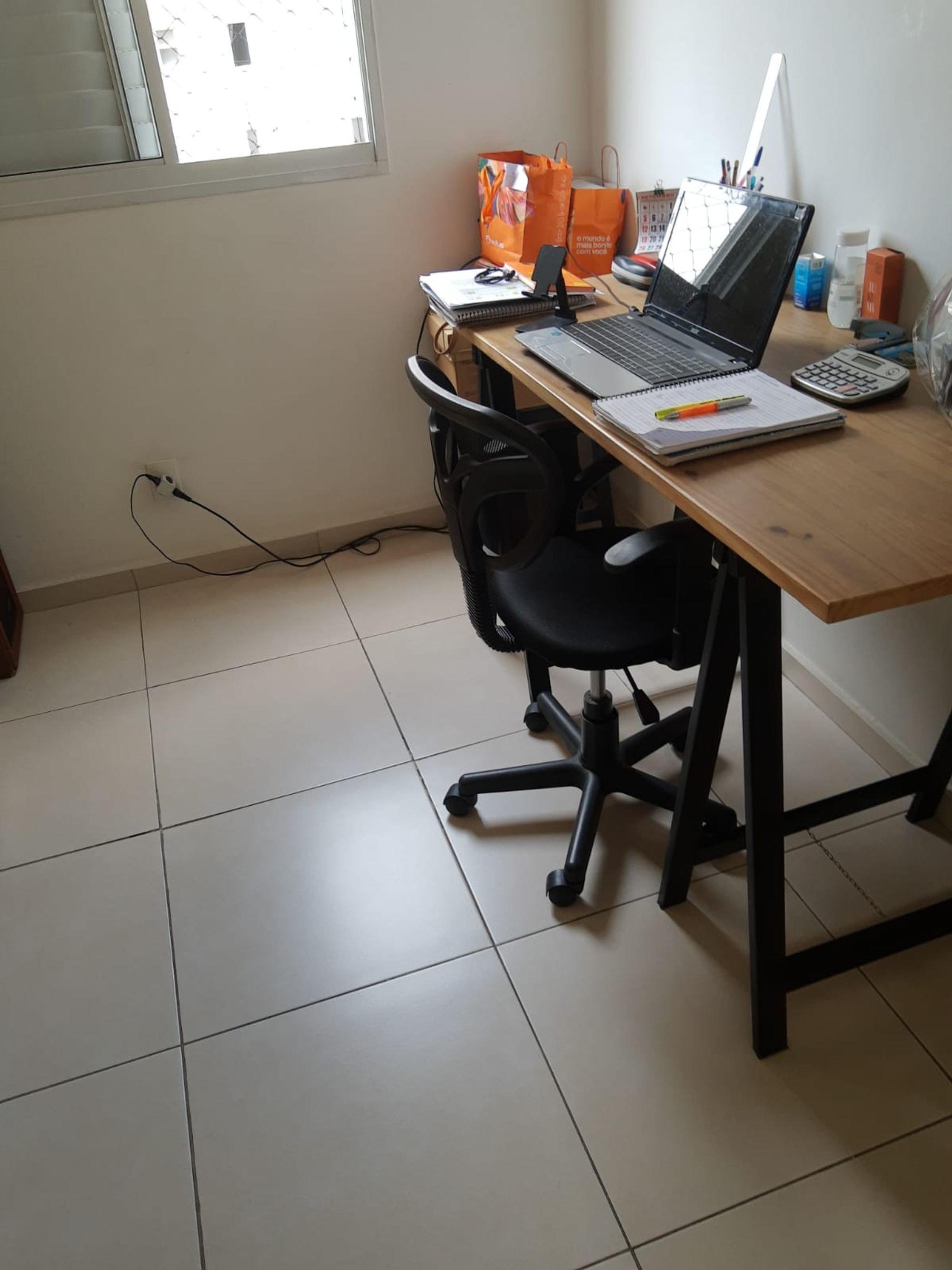 Nesta foto há celular, computador portátil, cadeira