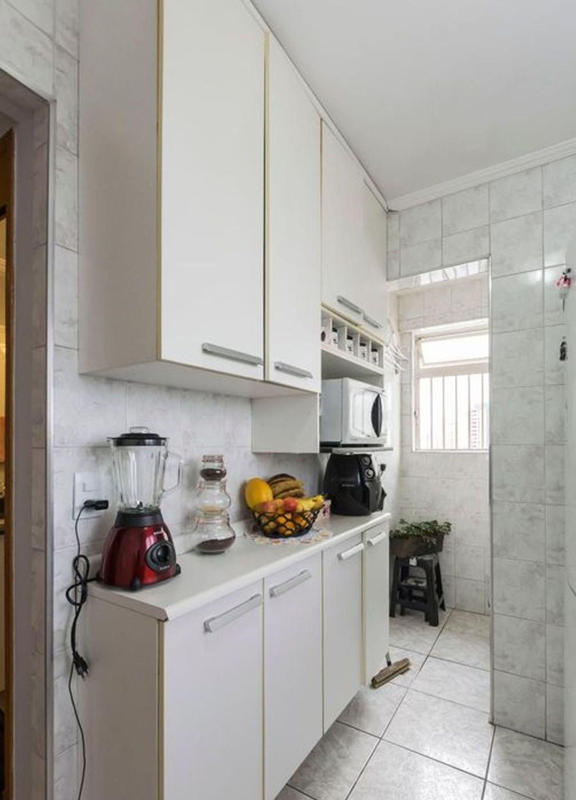 Foto de Cozinha com vaso de planta, microondas