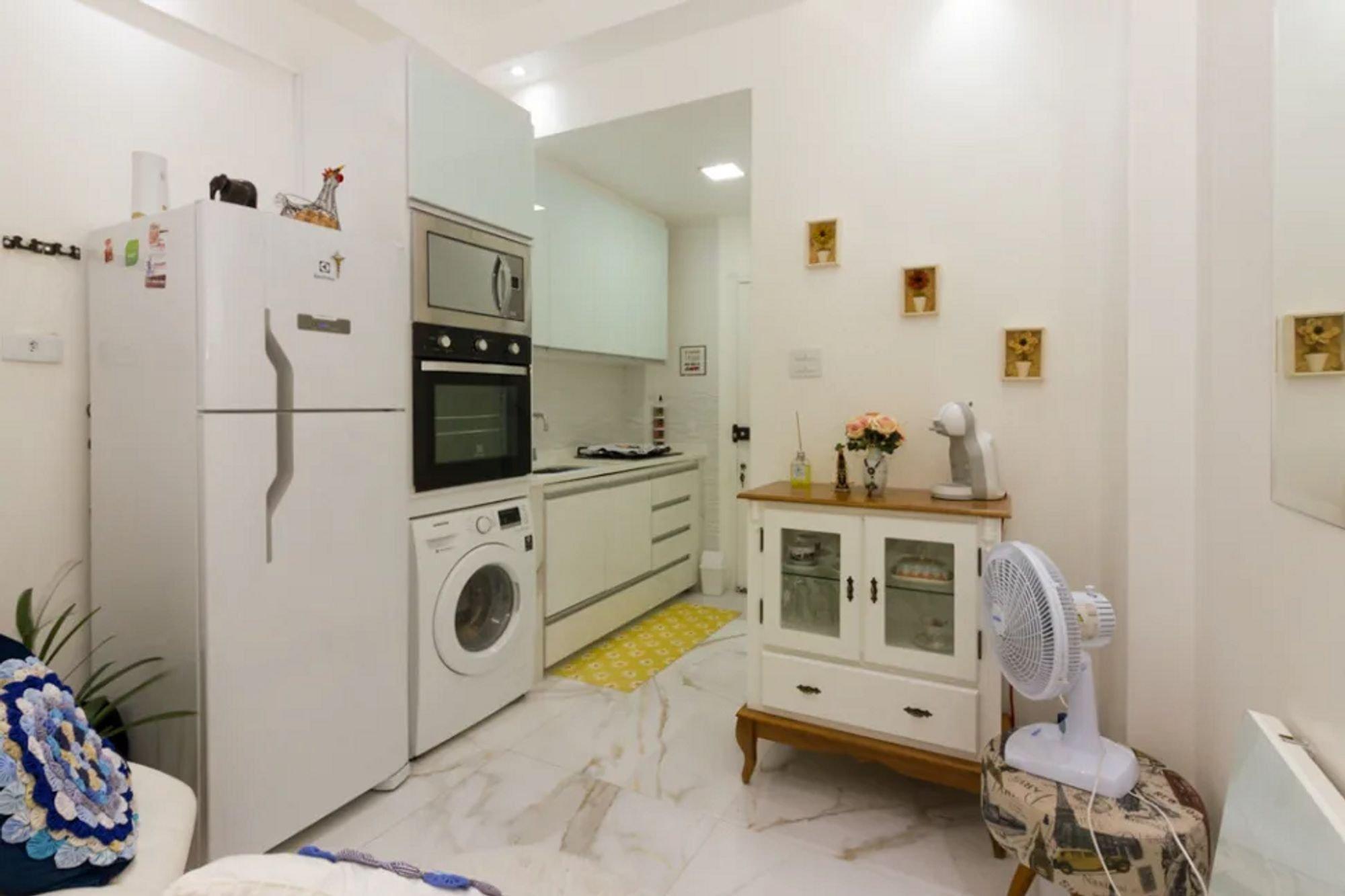 Foto de Lavanderia com forno, geladeira, vaso