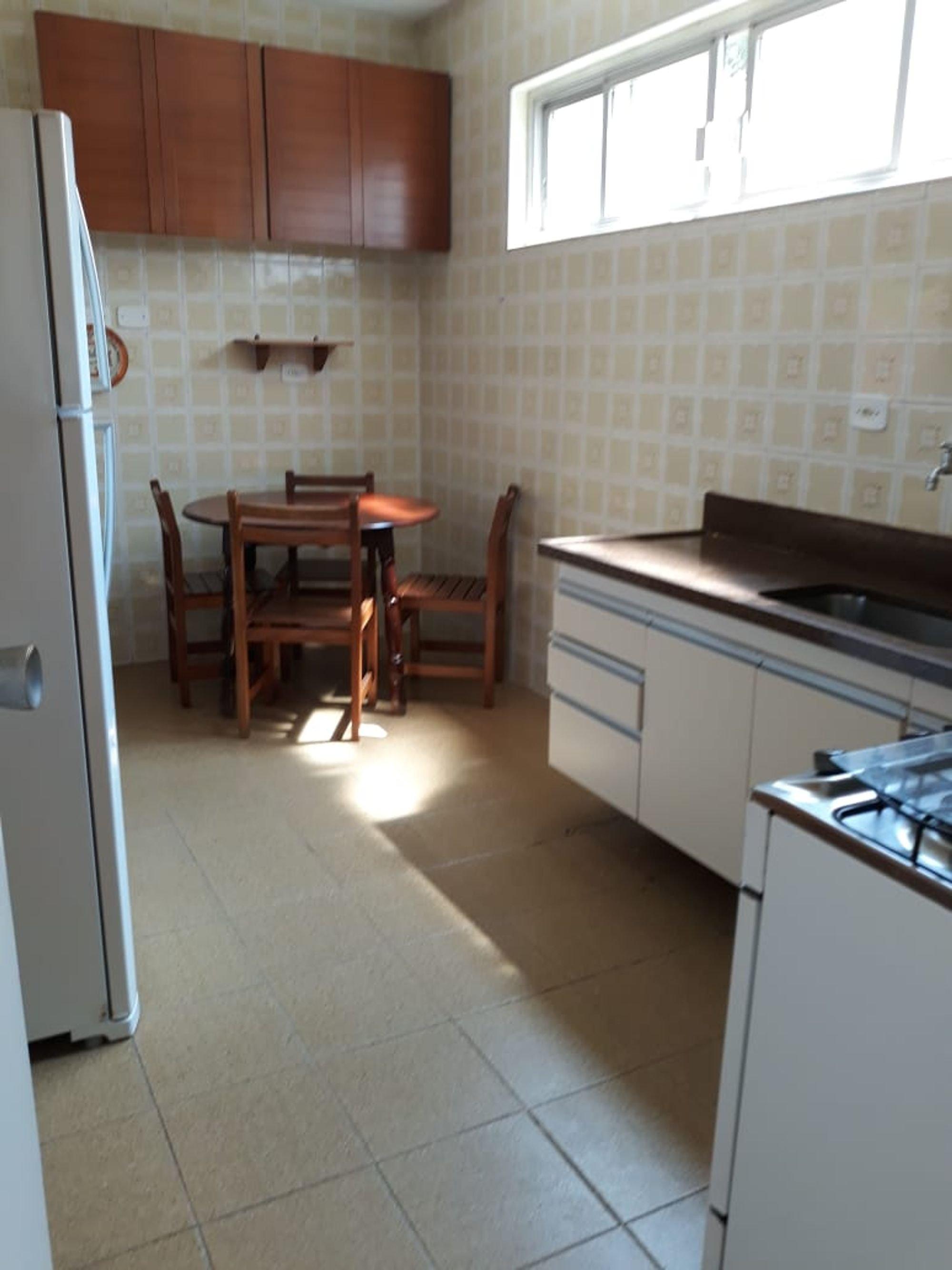 Foto de Cozinha com geladeira, cadeira, pia