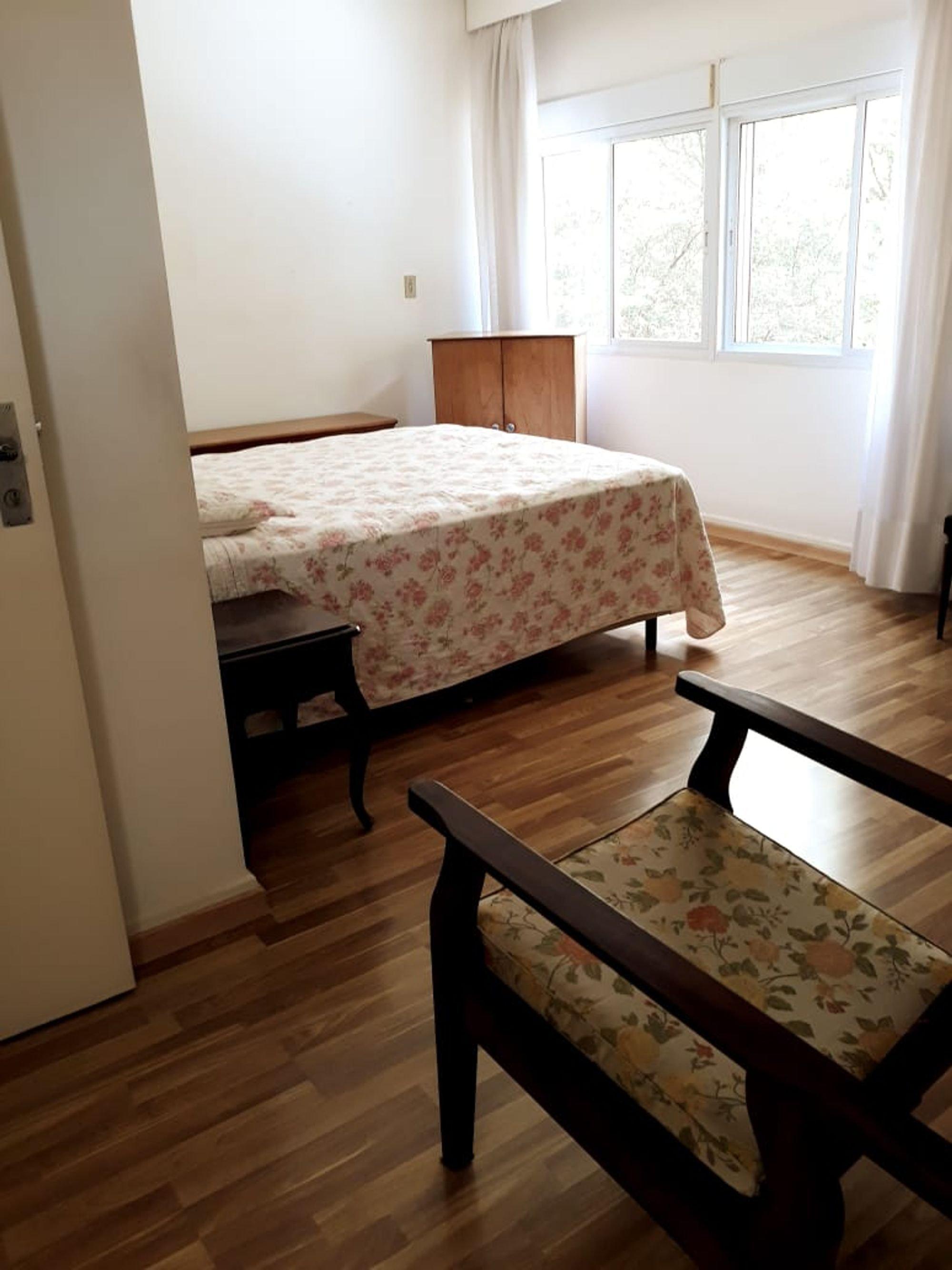 Foto de Quarto com cama, banco