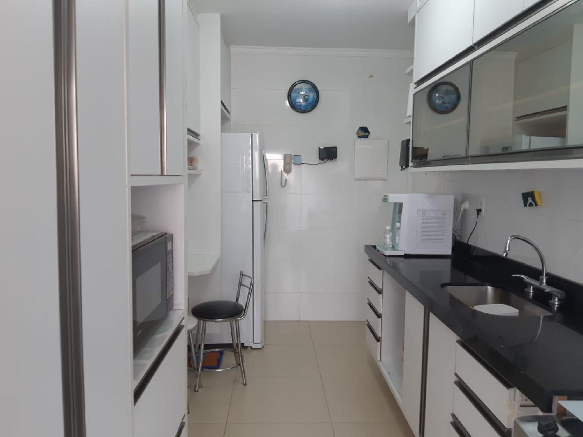 Foto de Cozinha com relógio, pia, cadeira, microondas