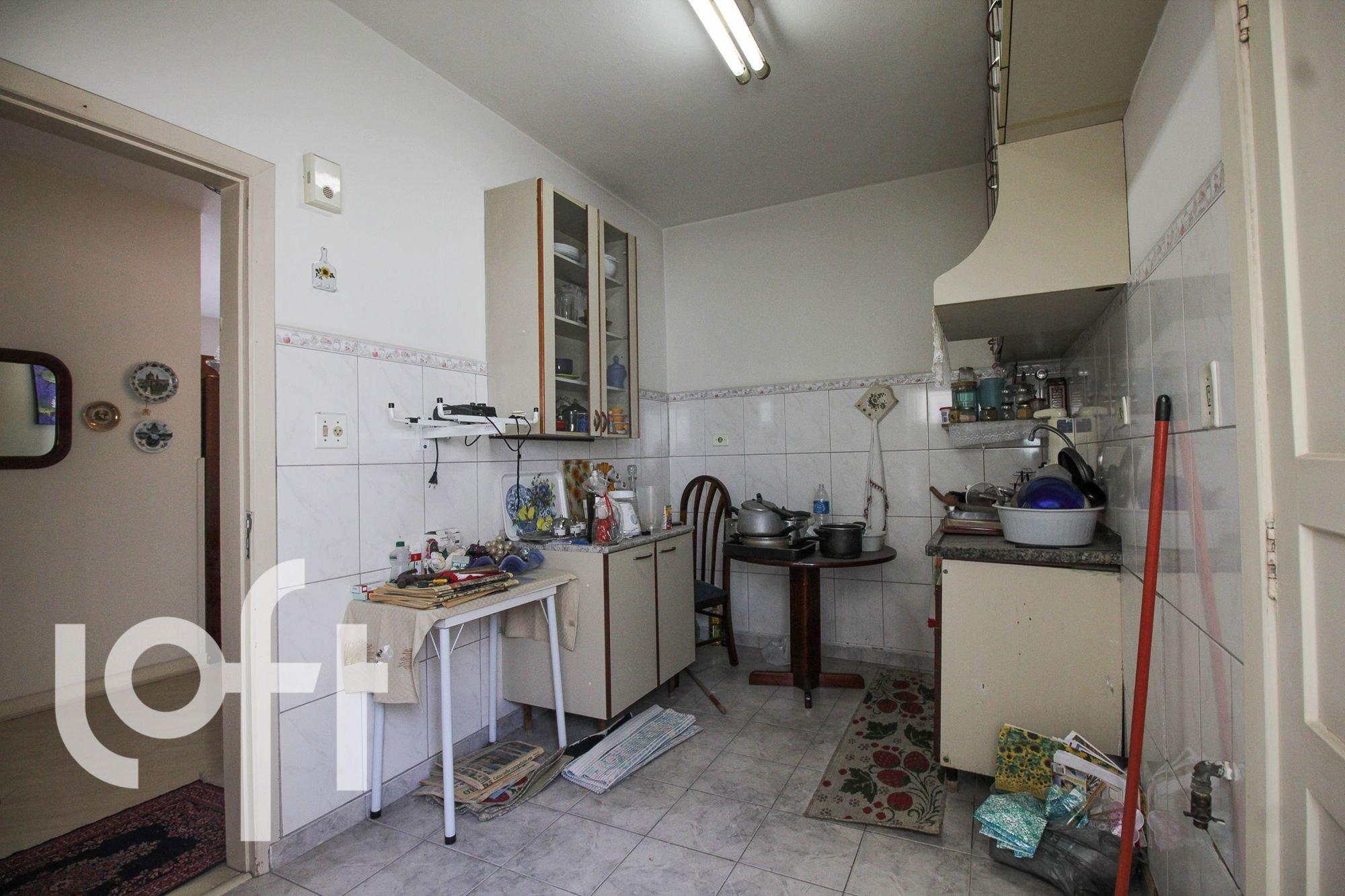 Foto de Cozinha com tigela, maçã, garrafa