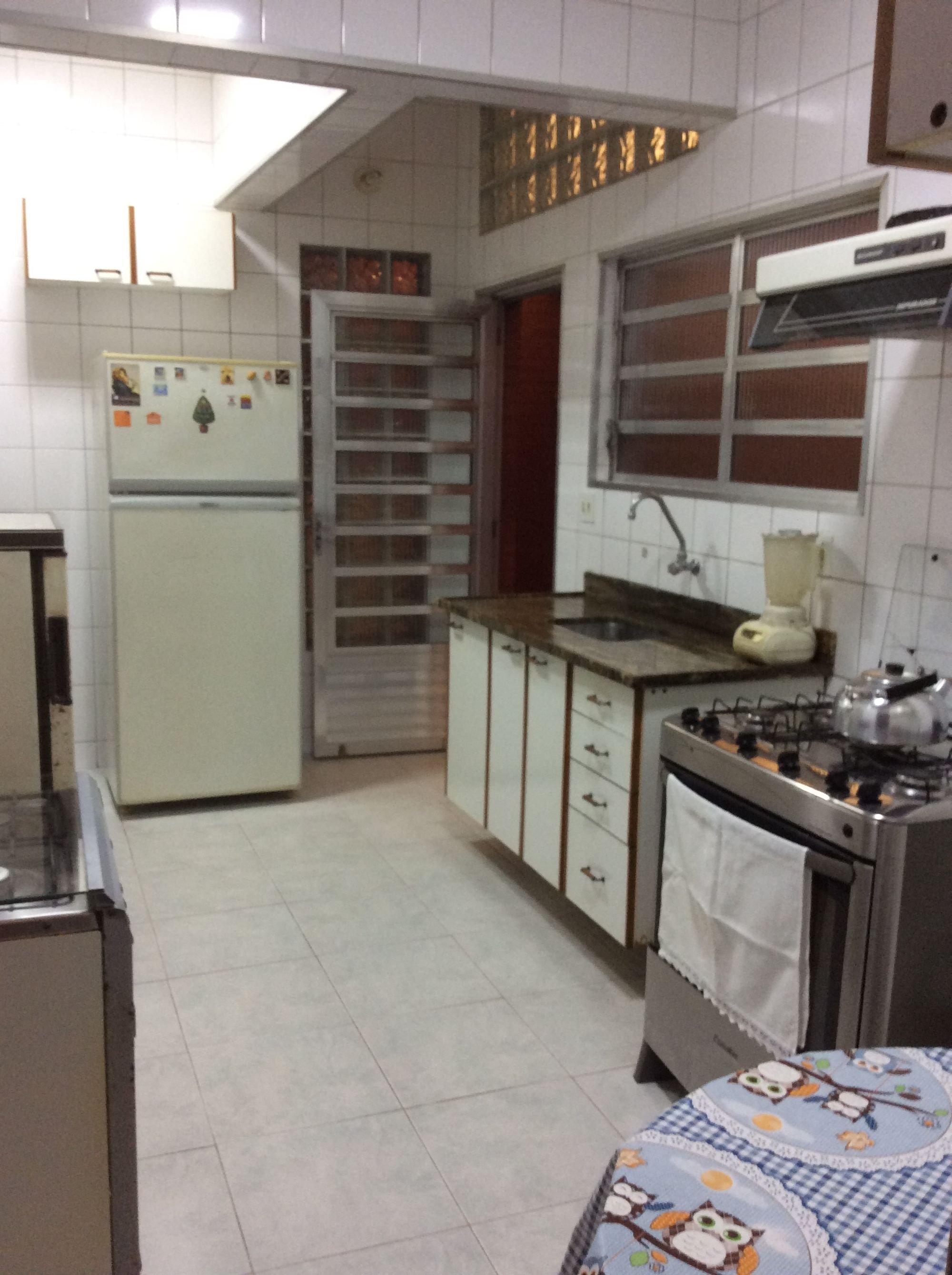 Foto de Cozinha com forno, geladeira, mesa de jantar