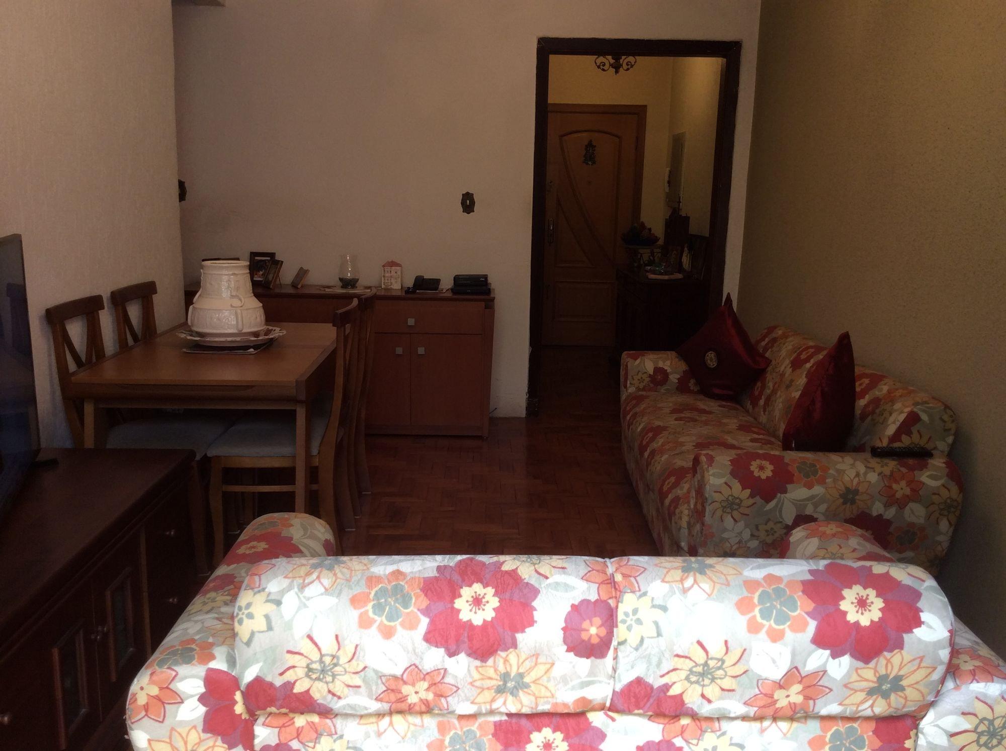 Foto de Quarto com cama, sofá, mesa de jantar