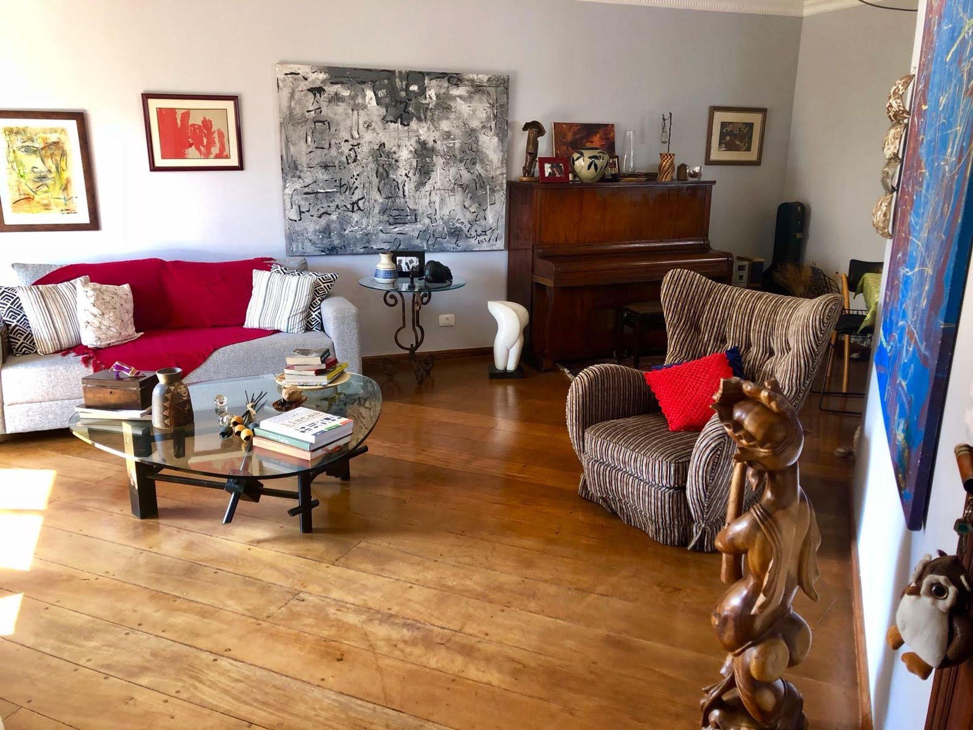 Foto de Sala com sofá, vaso, cadeira, livro