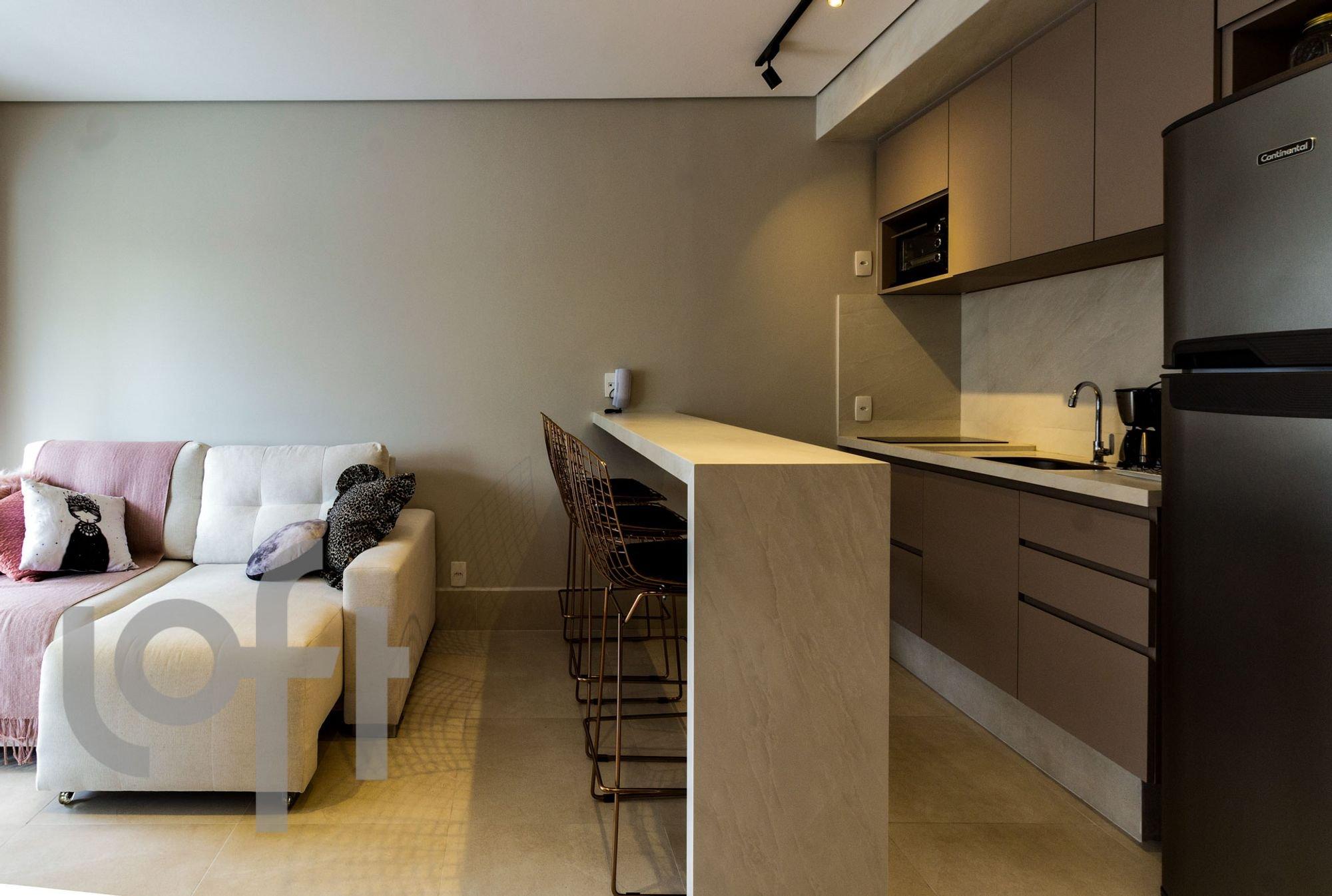 Foto de Cozinha com sofá, geladeira, pia, cadeira
