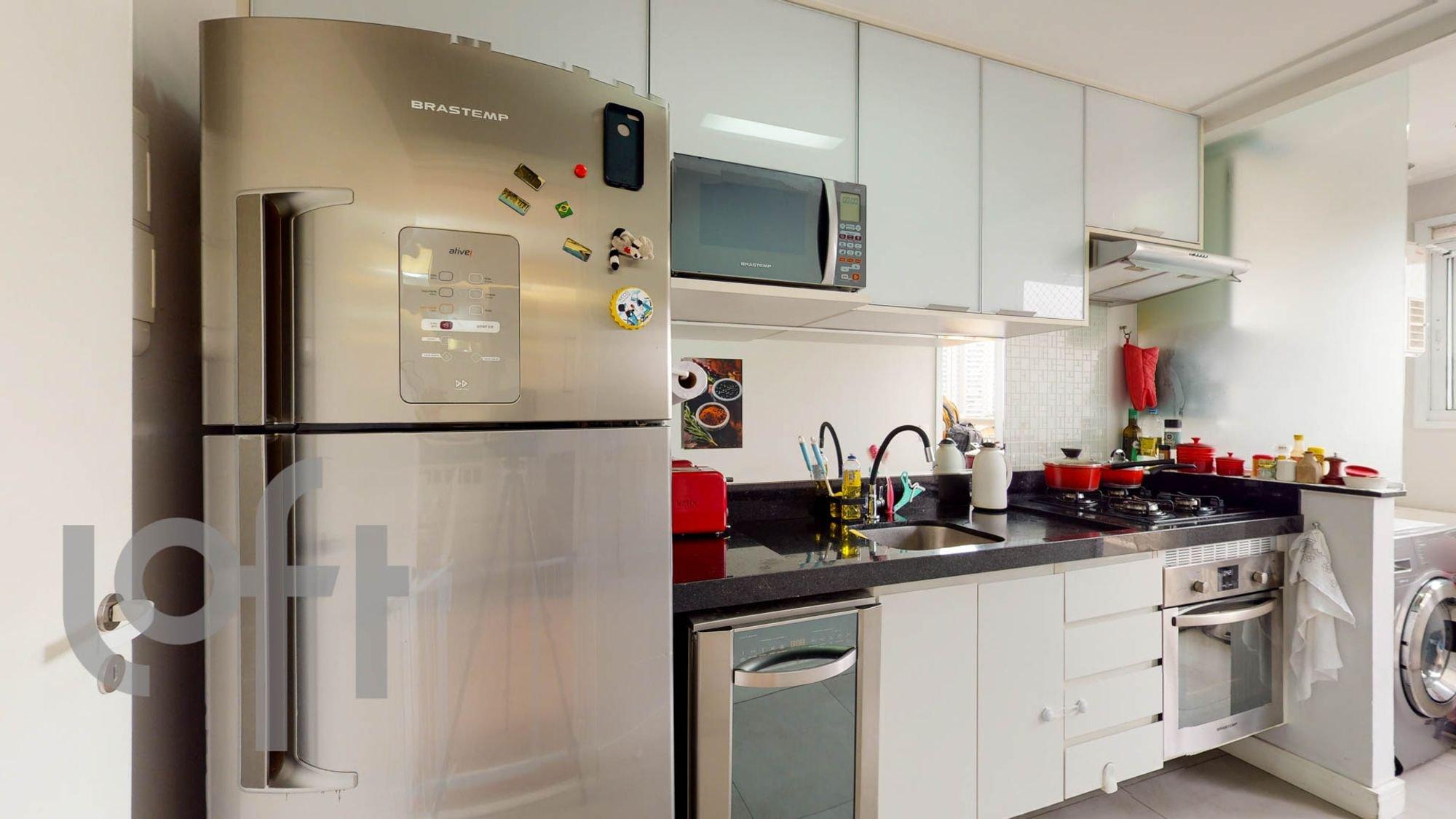 Foto de Cozinha com garrafa, forno, geladeira, pia, microondas, xícara