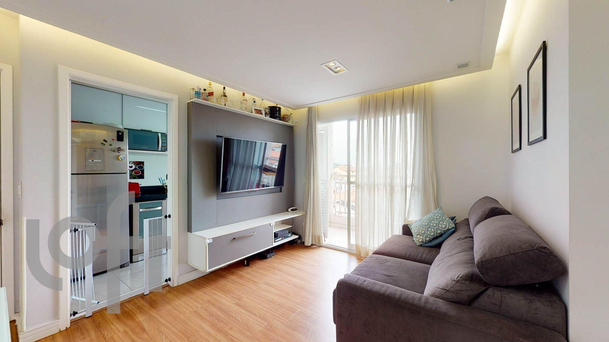 Foto de Sala com sofá, geladeira, microondas