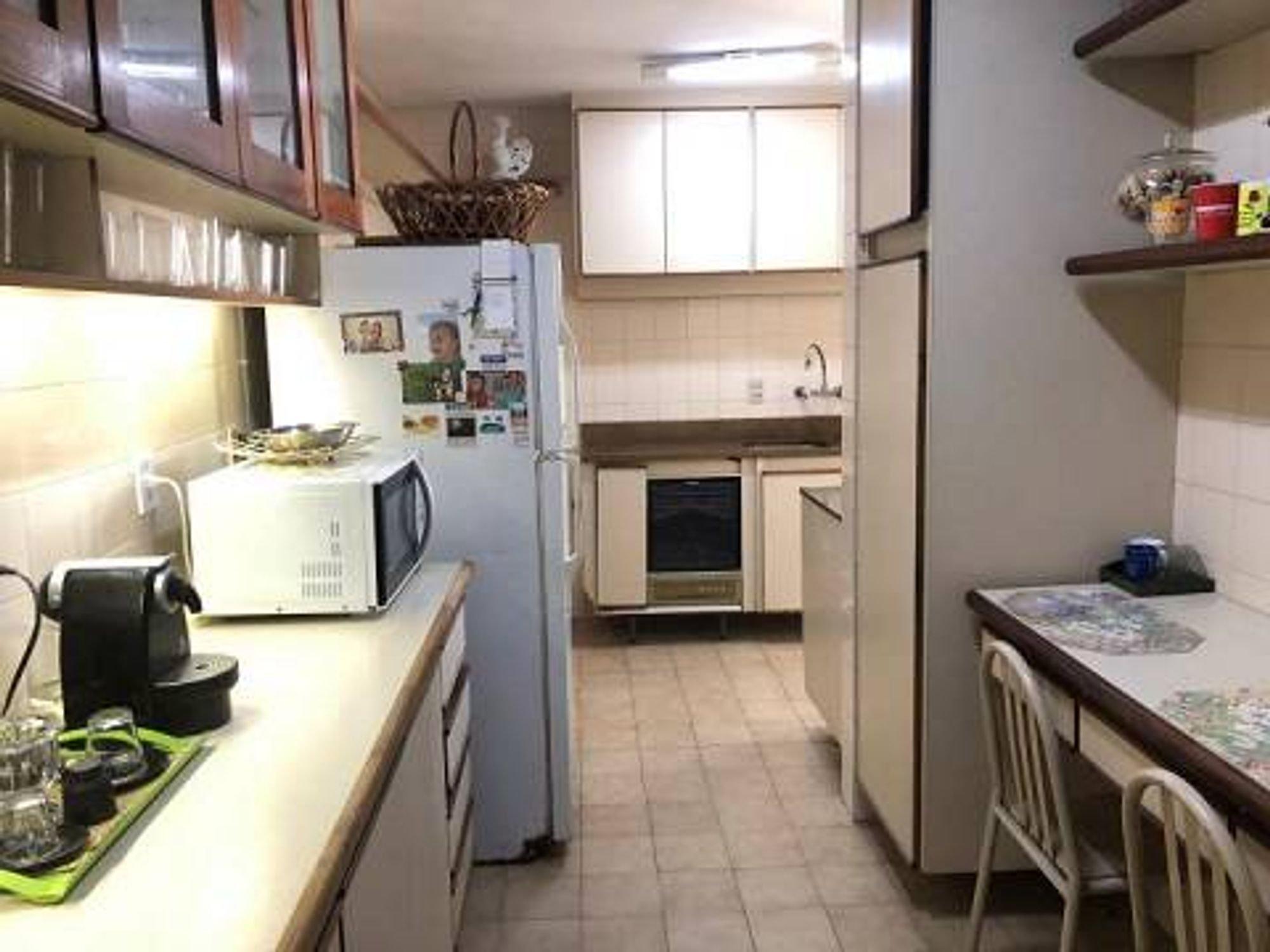 Foto de Cozinha com geladeira, cadeira, microondas, mesa de jantar, xícara