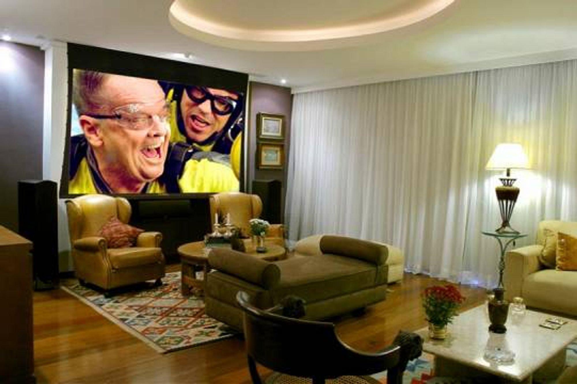 Foto de Corredor com vaso de planta, sofá, televisão, pessoa, cadeira