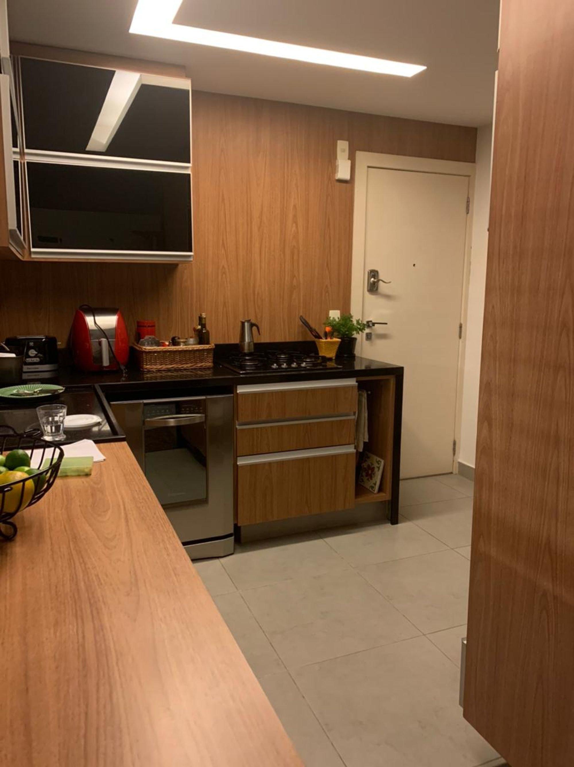 Foto de Cozinha com vaso de planta, forno, xícara