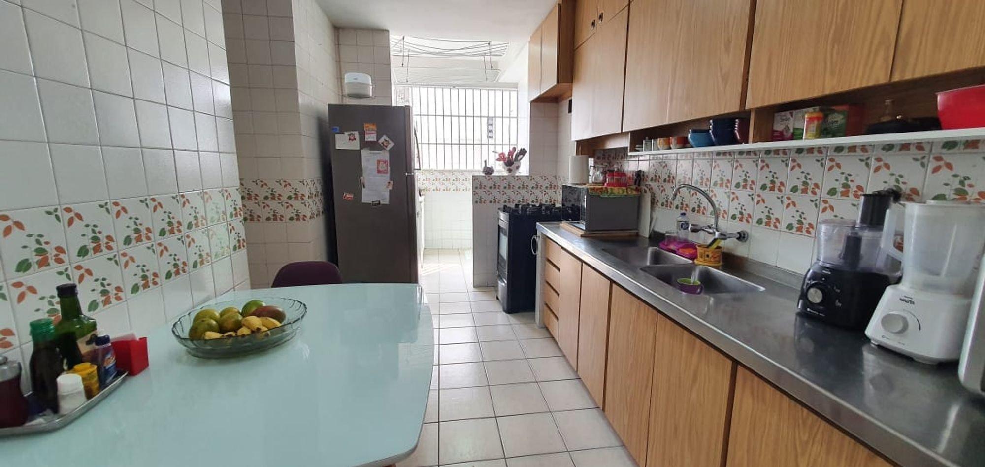 Foto de Cozinha com vaso de planta, cadeira, pia, mesa de jantar, garrafa, tigela, microondas