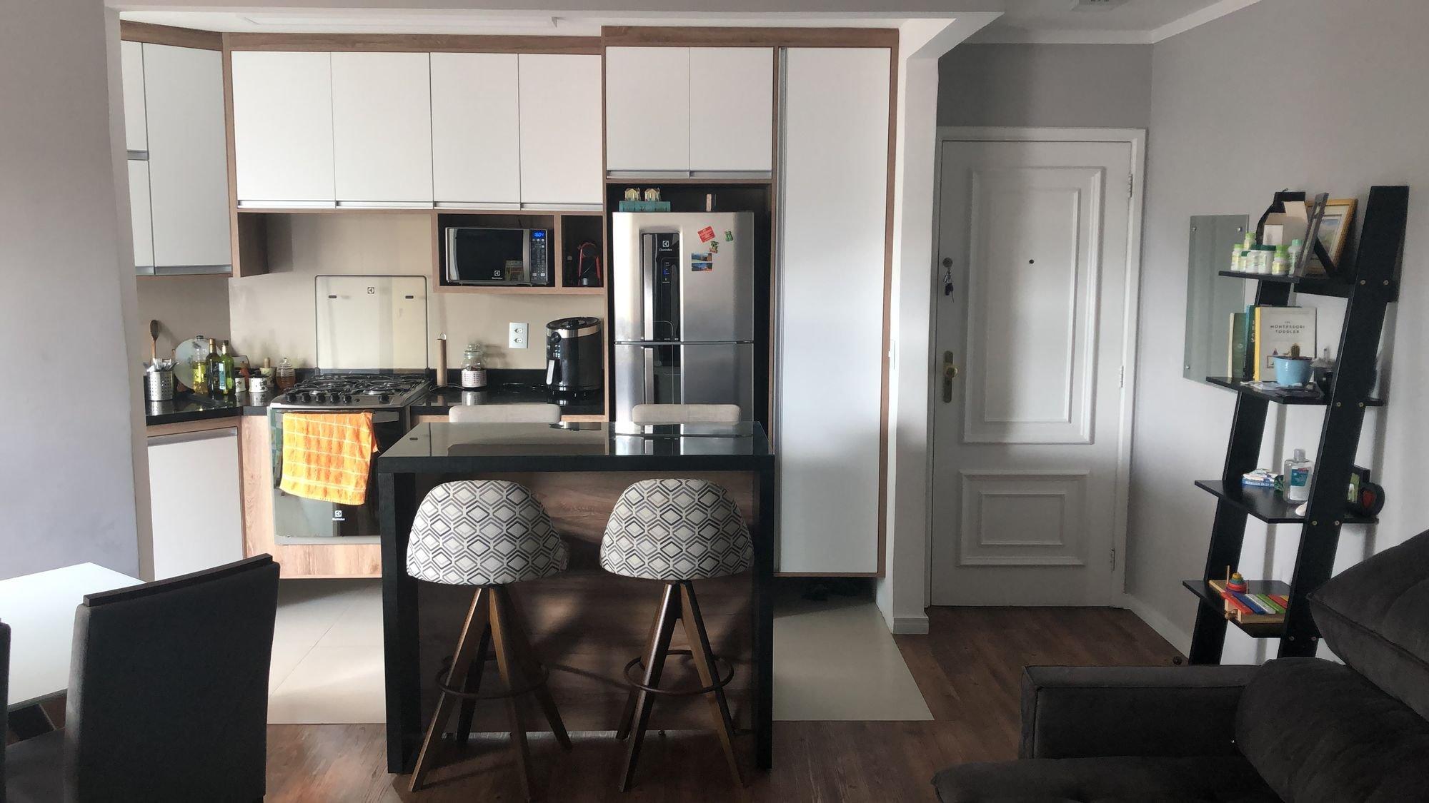 Foto de Sala com garrafa, forno, geladeira, cadeira, microondas, mesa de jantar