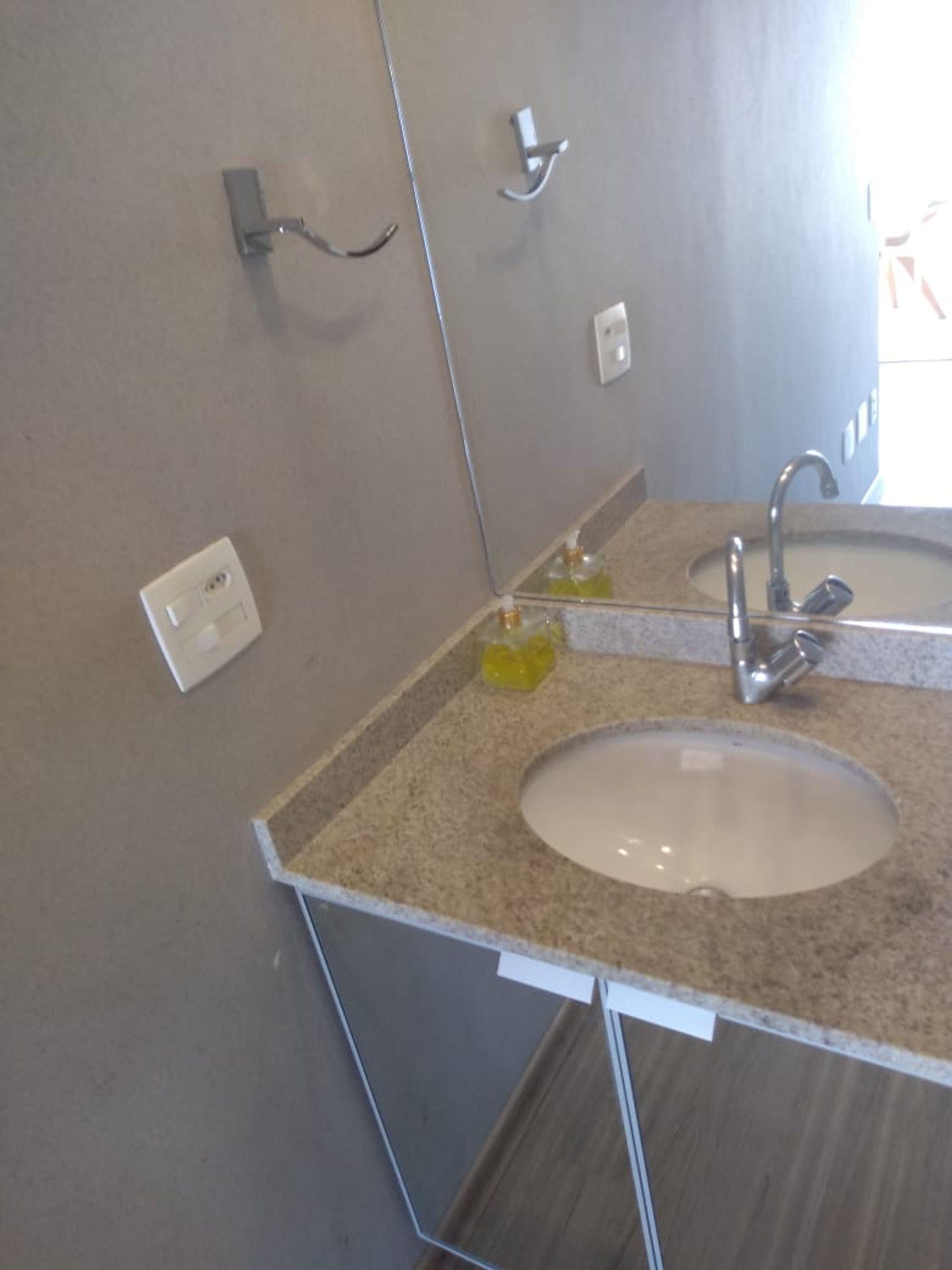 Foto de Banheiro com pia, xícara