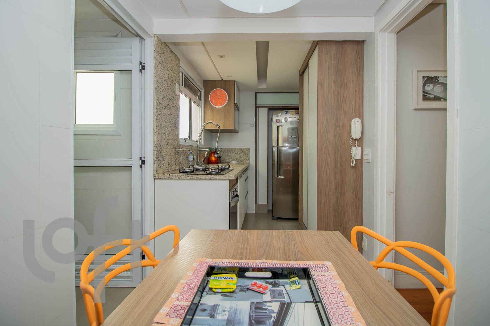 Foto de Cozinha com garrafa, celular, geladeira, cadeira, mesa de jantar
