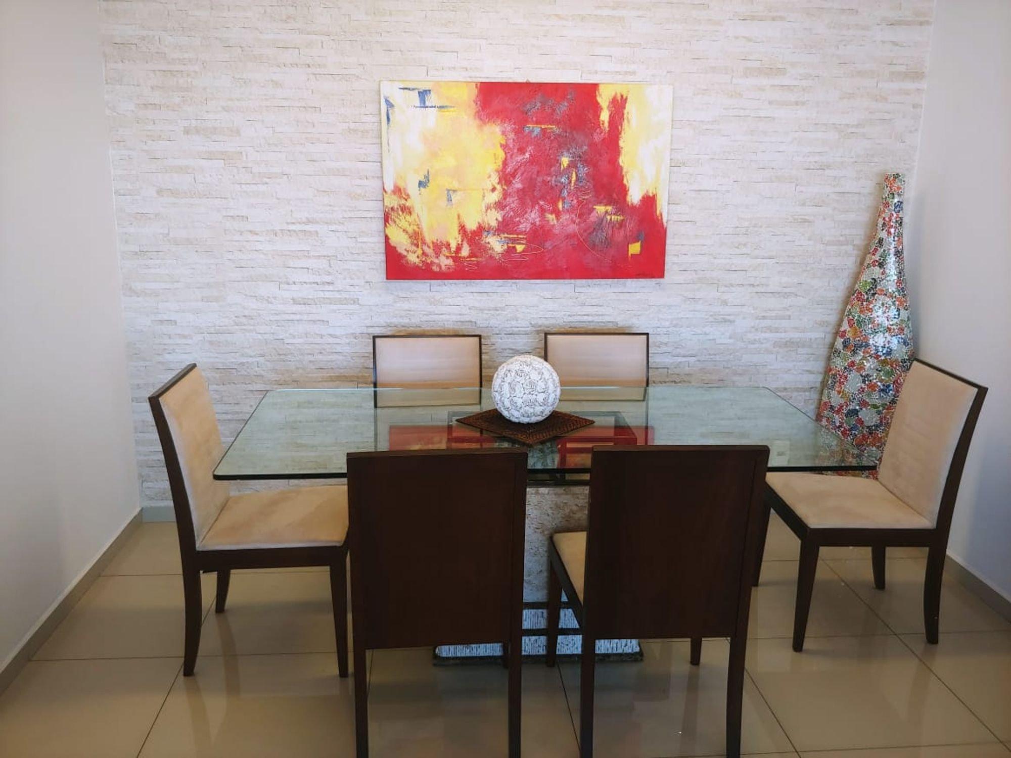 Foto de Sala com computador portátil, cadeira