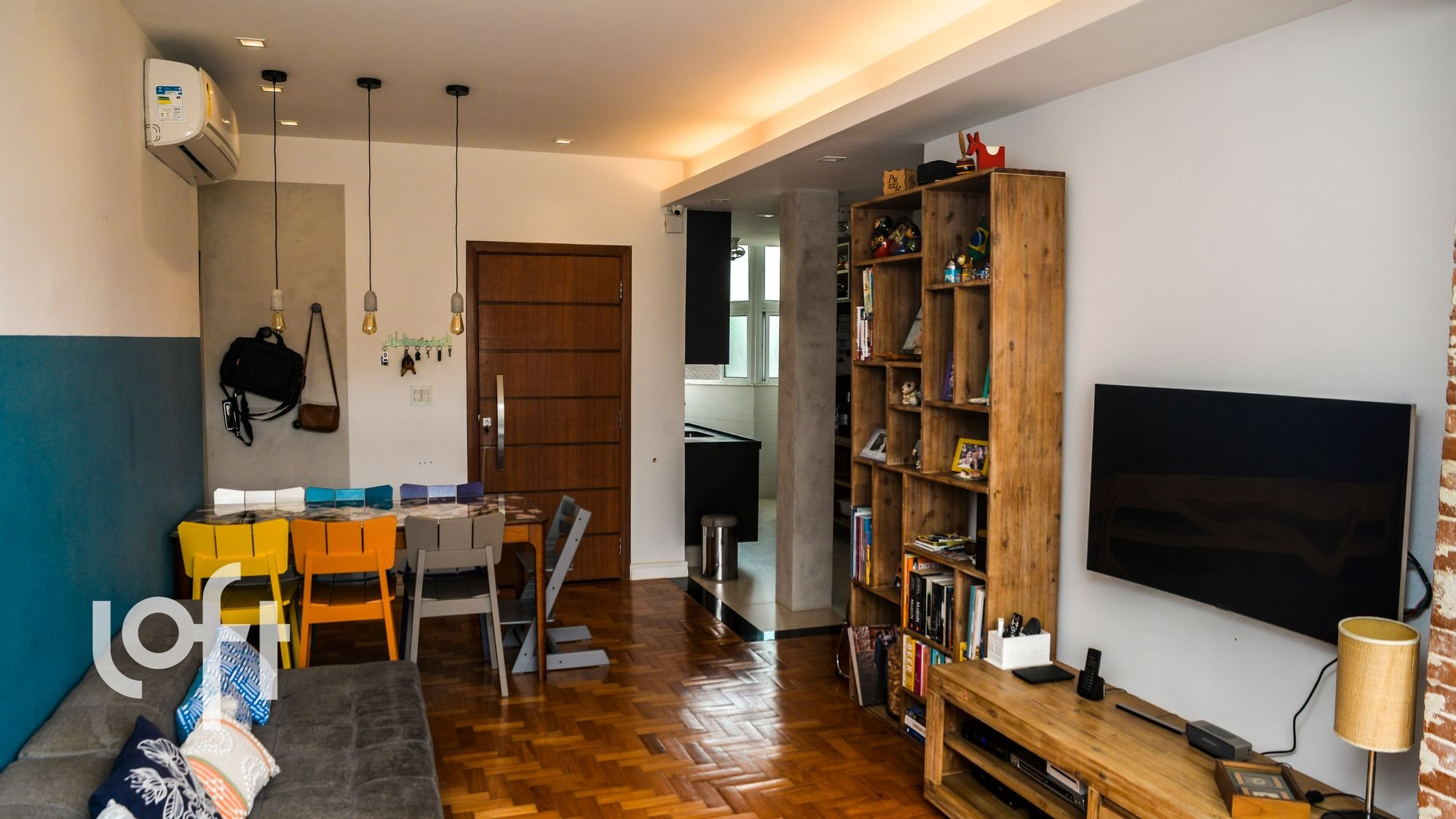 Foto de Sala com televisão, cadeira, mesa de jantar, livro
