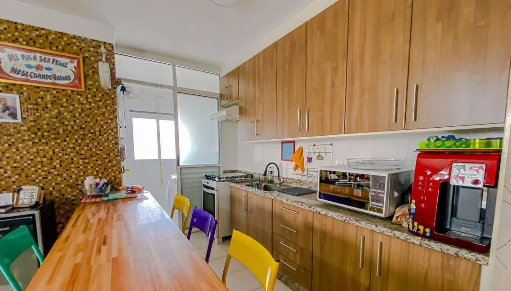 Foto de Cozinha com pia, cadeira, mesa de jantar