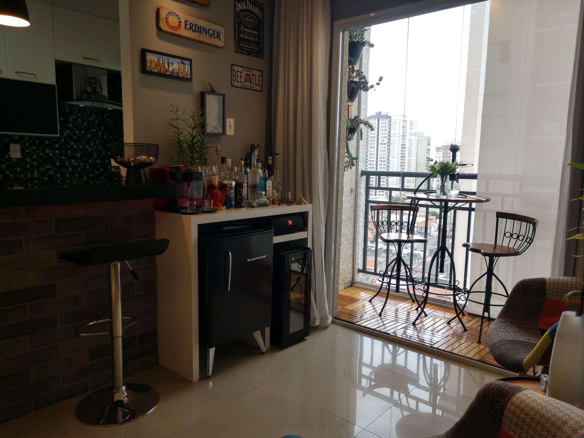 Foto de Sala com televisão, vaso, garrafa, cadeira