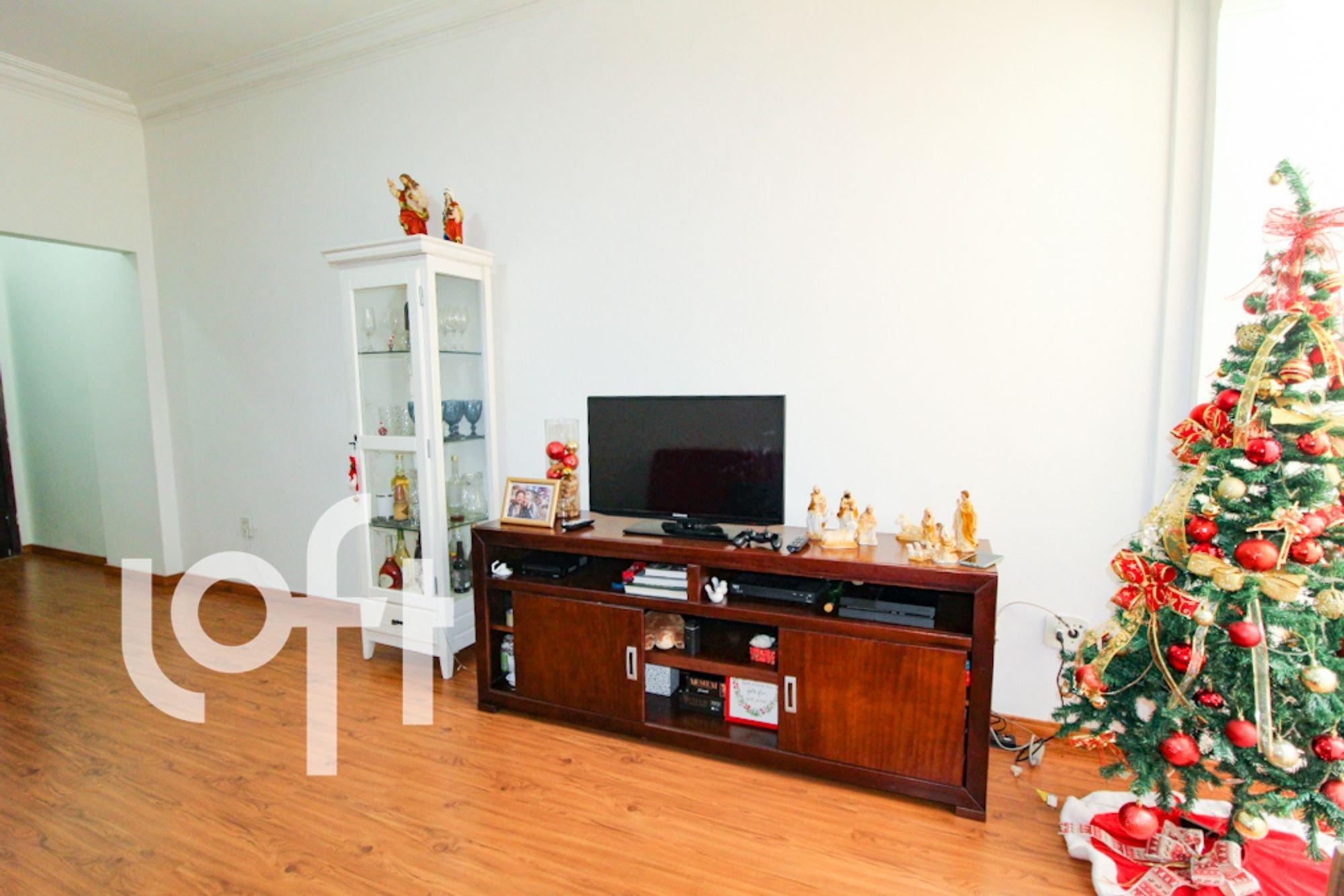 Foto de Sala com copo de vinho, televisão