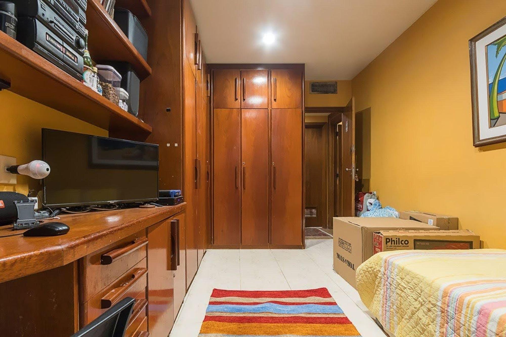 Foto de Cozinha com cama, televisão, cadeira