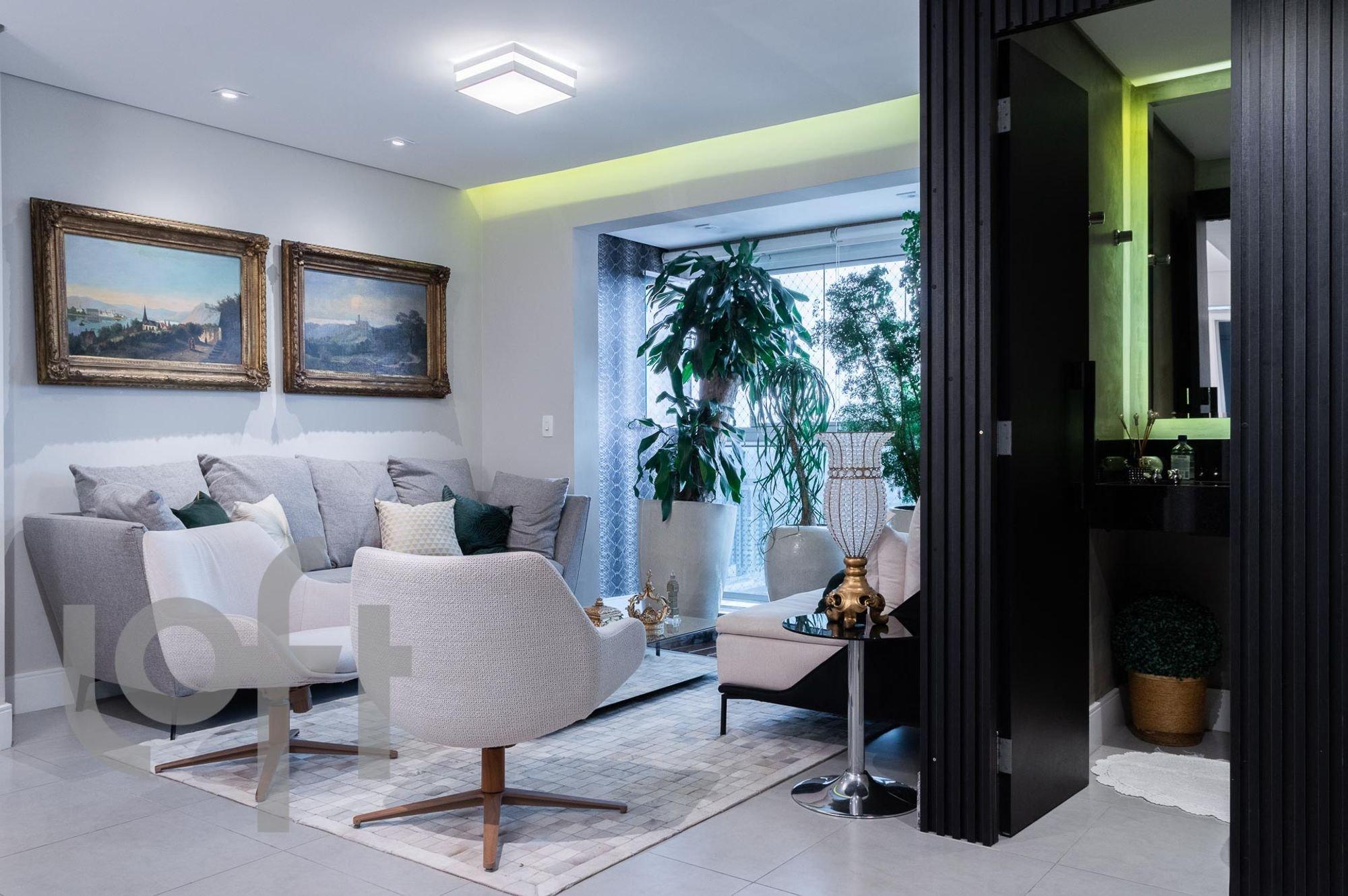Foto de Sala com vaso de planta, sofá, garrafa, cadeira