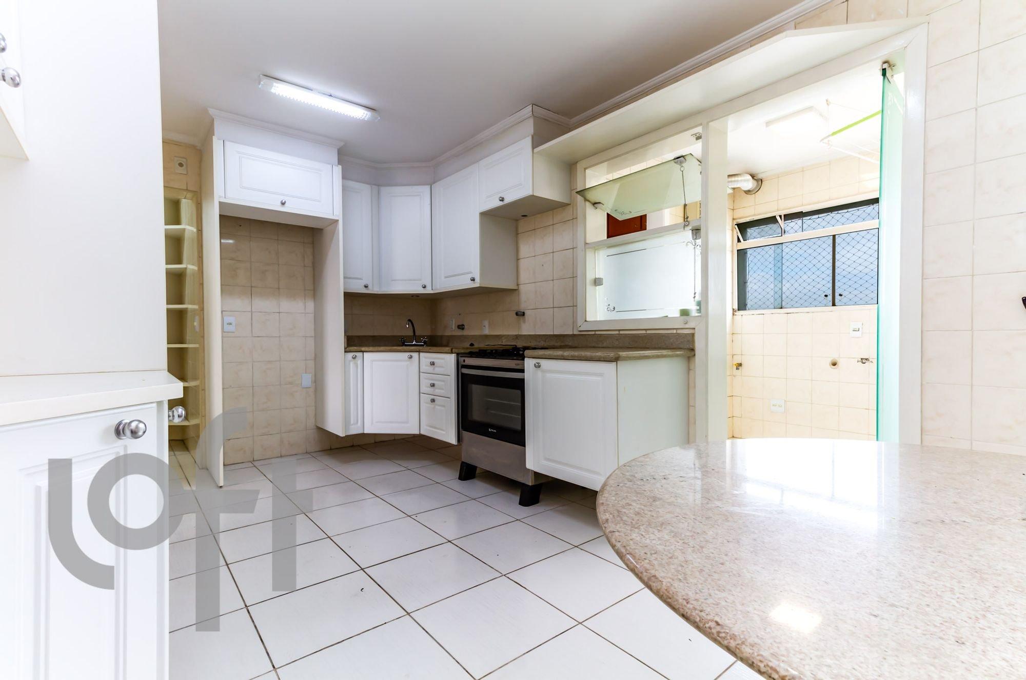 Foto de Cozinha com forno, mesa de jantar