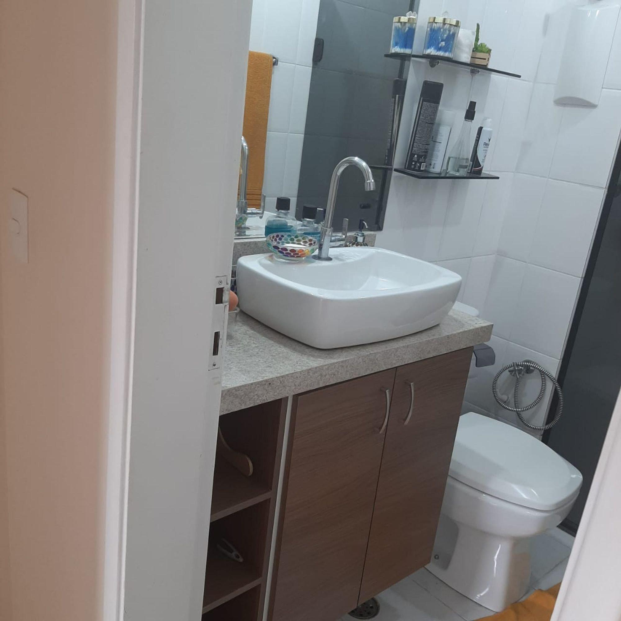 Foto de Banheiro com vaso sanitário, pia, garrafa