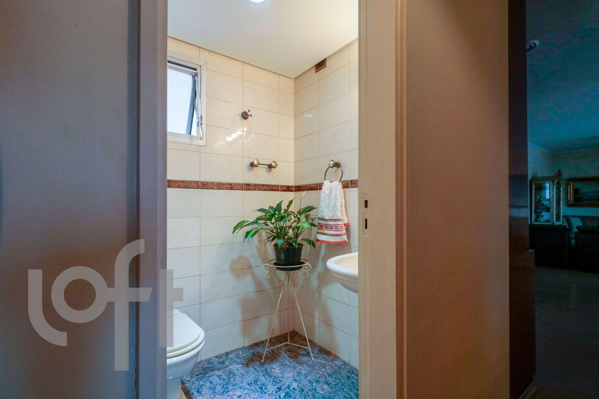 Foto de Banheiro com vaso de planta, vaso sanitário